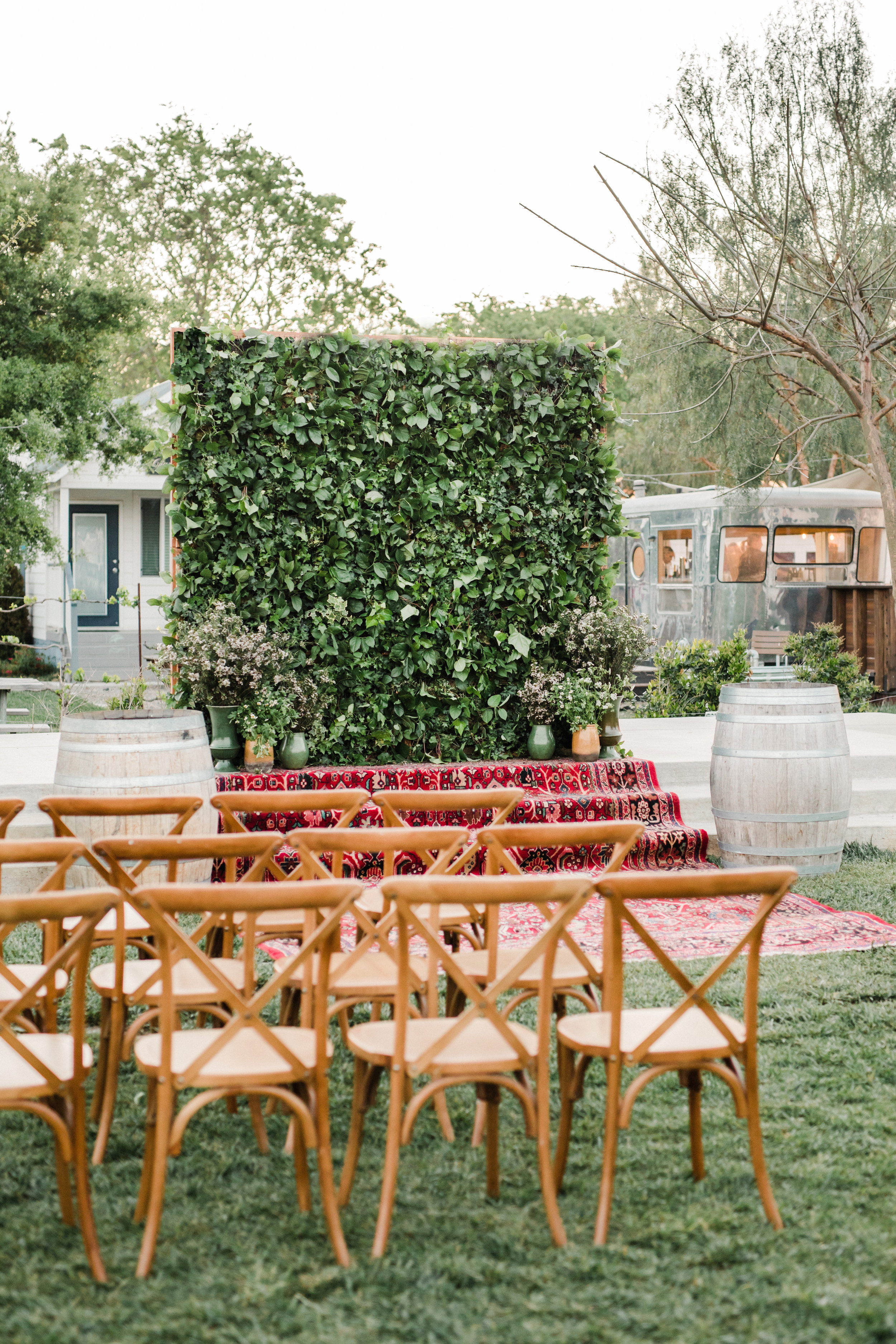 Live Wall by @eventplanting >>rug by @tigerlilyrentals>>tables & bar @allheartrentals>>florals @ellaandlouieflowers>>photographer @annadelores & @highwaywestvacations & @amazingdayevents
