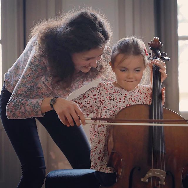 Toute la beauté du festival en une image... capturée par @ingesonradio  bien sûr ! #babyconcert #concertpourenfants #festivalhommagemenuhin #children #musicforall #cello #reachingout