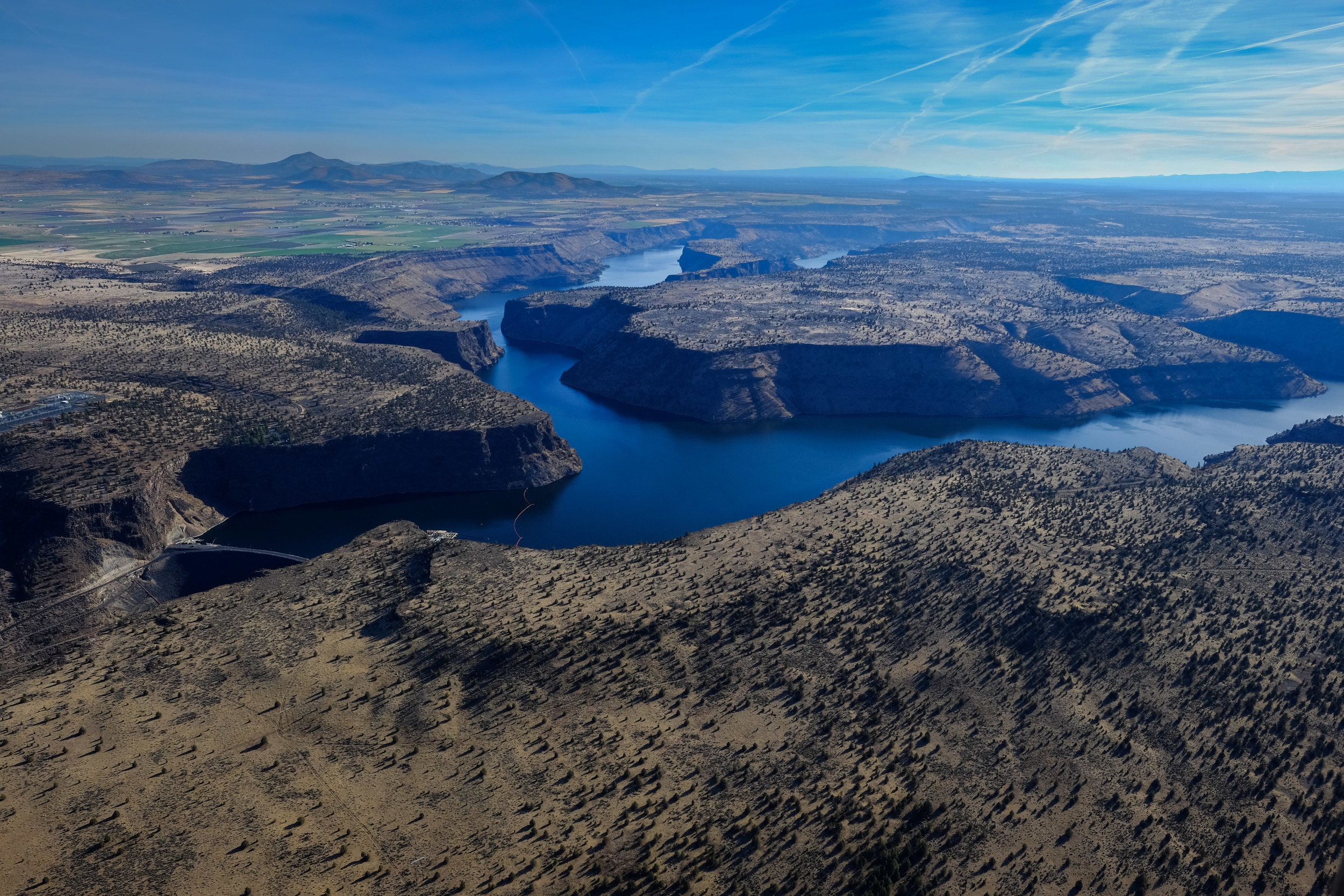 I switched to my wide lens (Fuji 14mm prime) for this shot of Lake Billy Chinook looking southeast (Note Round Butte Dam in the lower left.) I managed to get a clear view of the scene without any prop, wheel, or wing.  In order to do this, I am forced to project the lens out into the open air.  This causes vibration and camera shake so I use my regular high ISO of 800 with an aperture of 5.6.