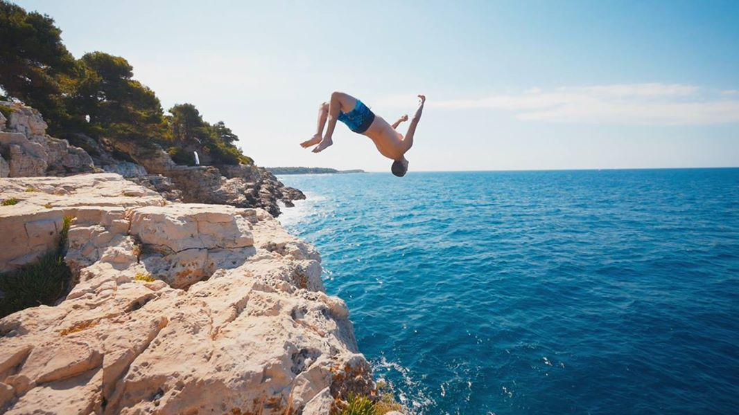 img-epic-cliff-diving-in-croatia-735.jpg