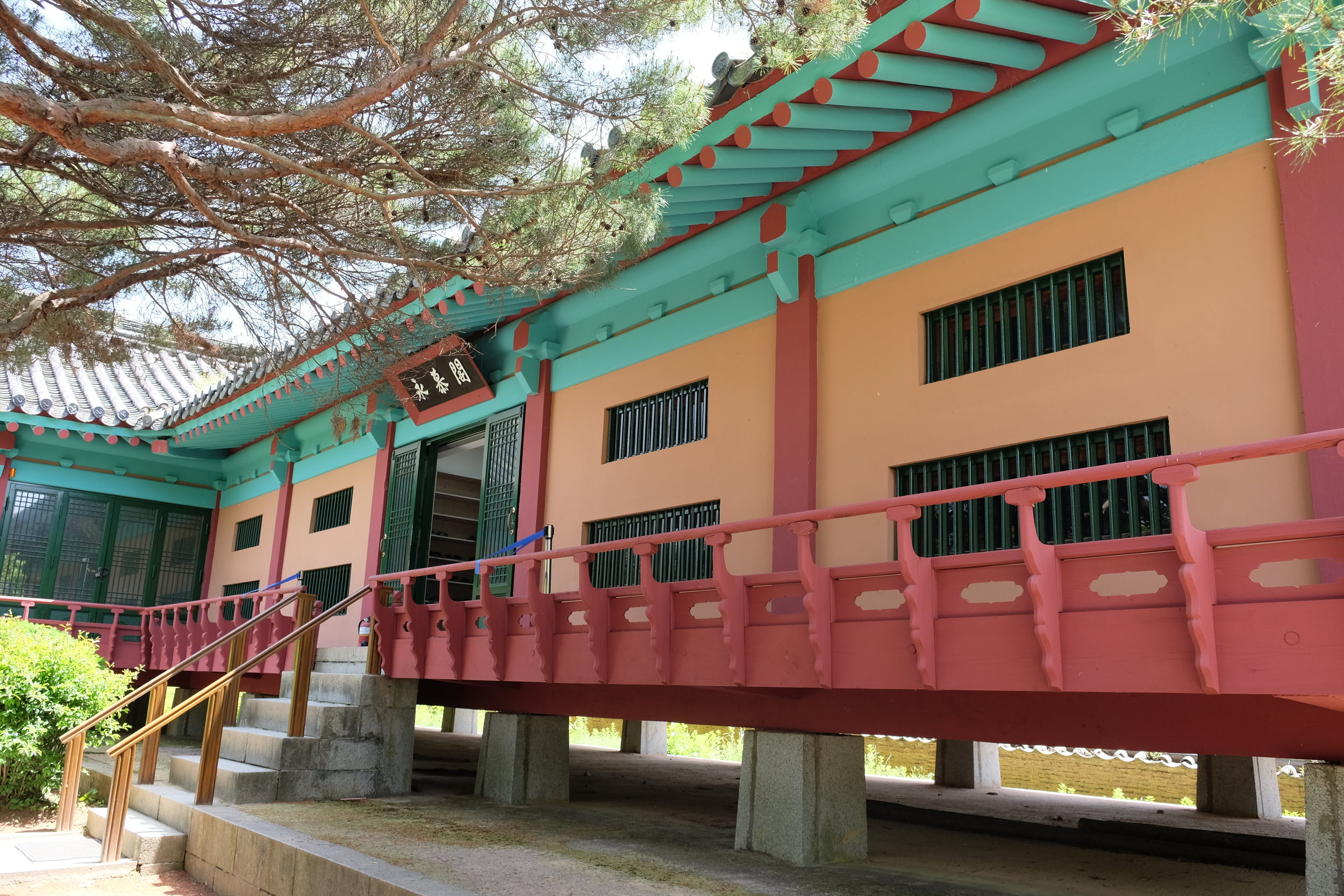 Museum that depicts the life and times of renowned scholars who were born here.