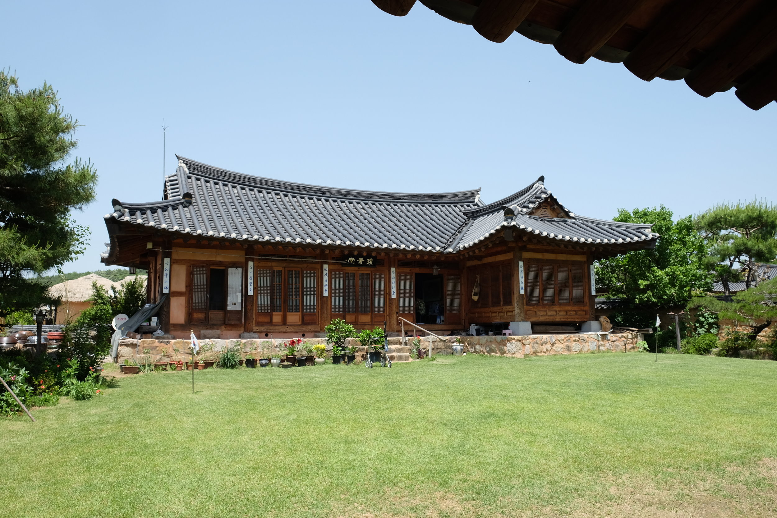 One of the houses that the Ryu family still occupies today.