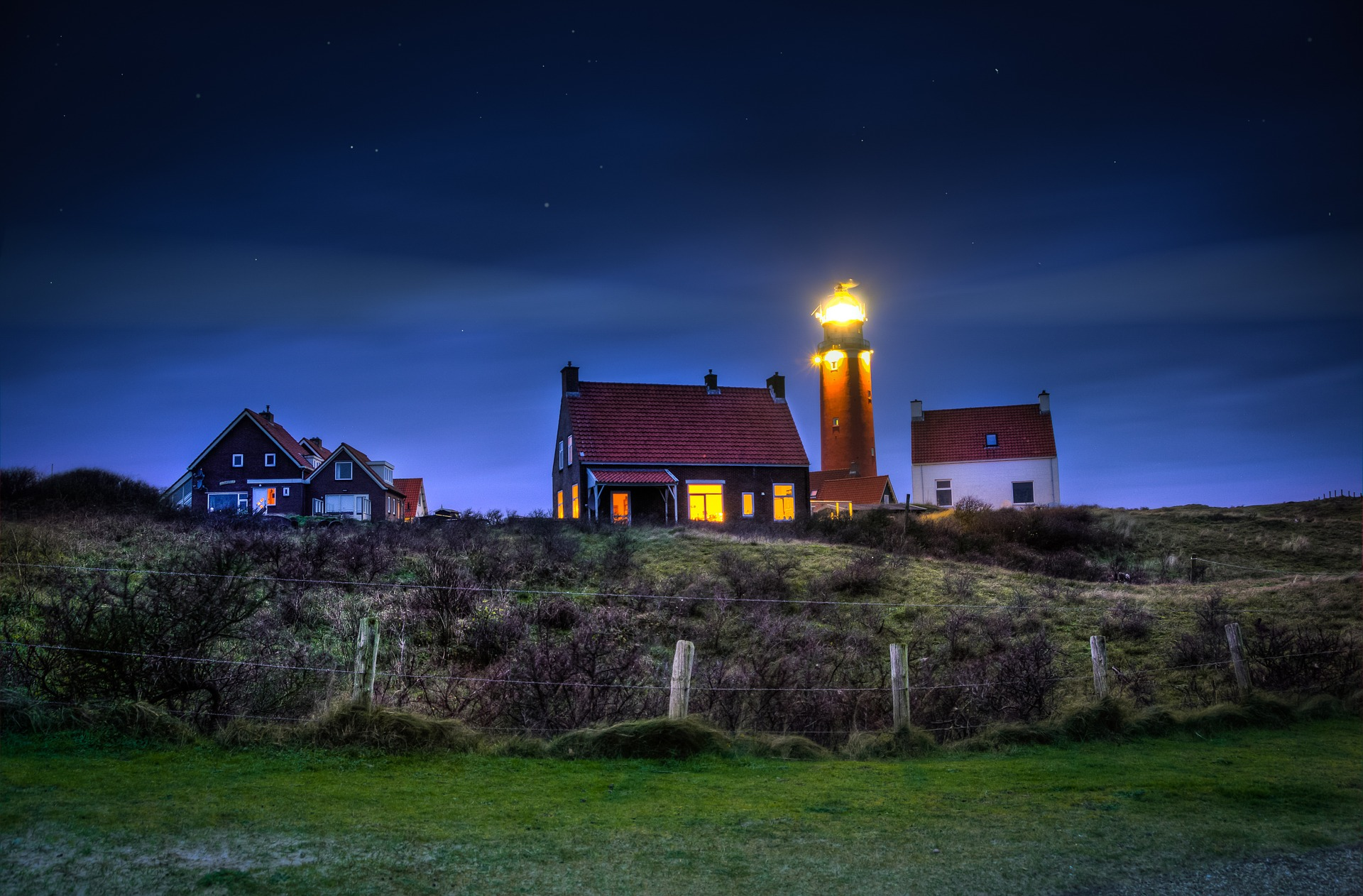 lighthouse-1111176_1920.jpg