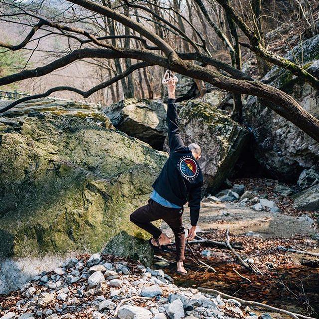 @armstdong doing the routine.  @zoovocado 📷 • • • •  #problemsolver_hangboards  #hangboardtraining #hangboard #portablehangboards #grimpe #escalar #arrampicata #climbing #training4climbing #trainhardclimbhard #klettern #bouldern