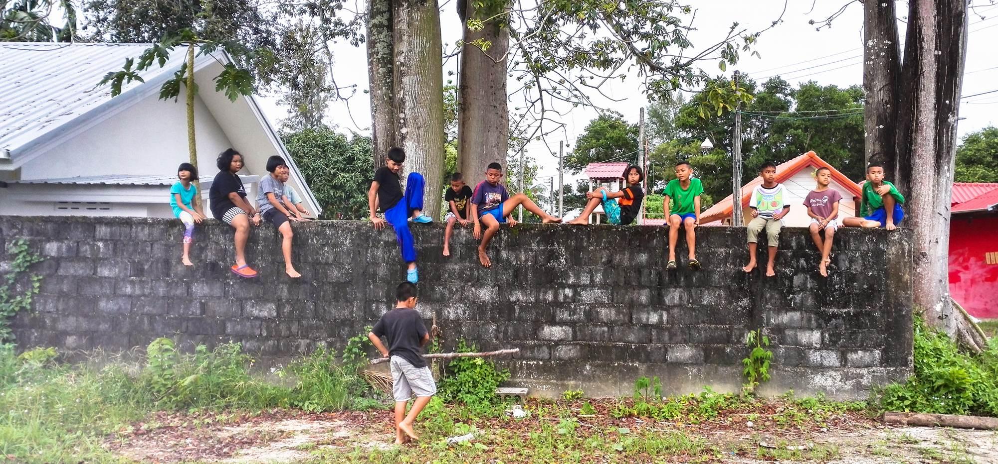 Barn på mur.jpg