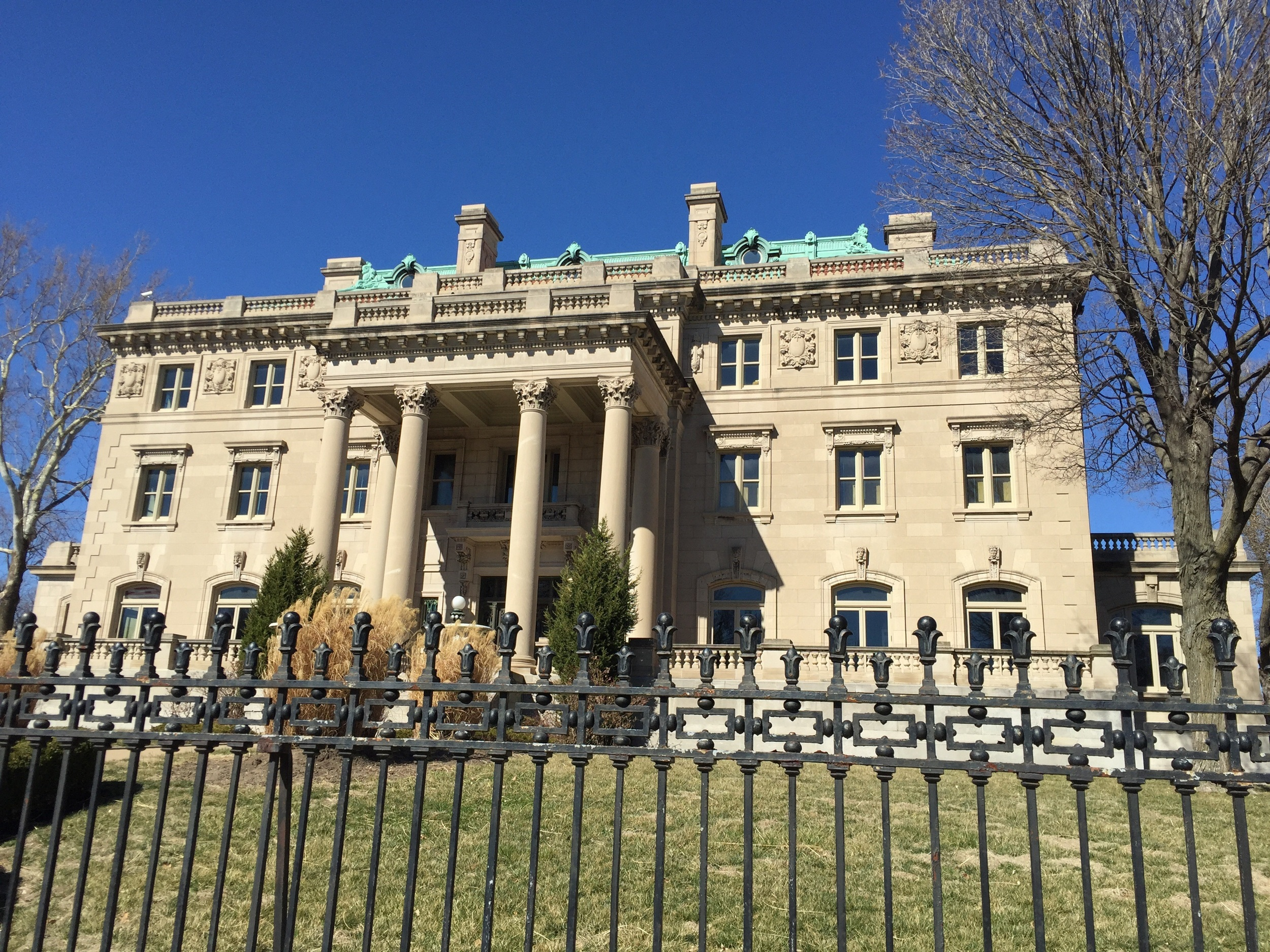 Four stories and a basement. 6 Corinthian Columns in front giving it the name Corinthian Hall.