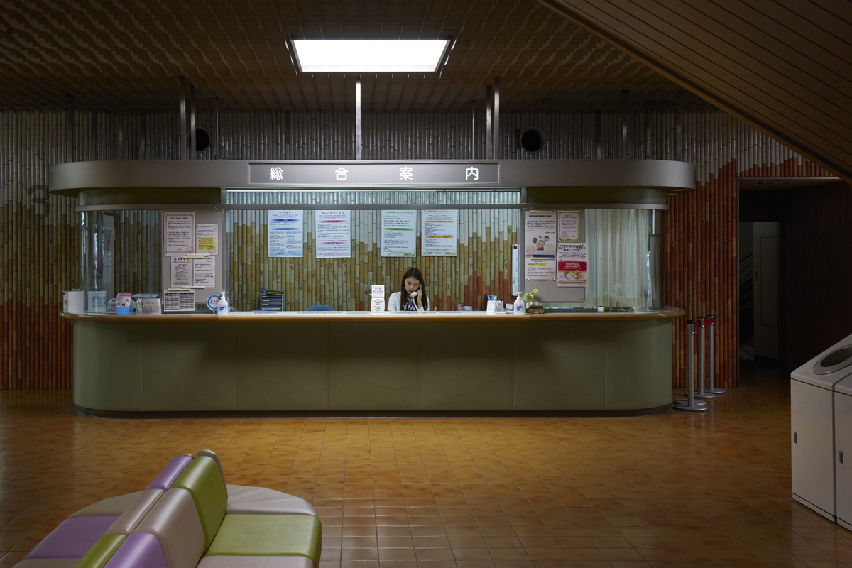 I found this hospital in osaka by pure luck, if luck really exists…  It was busy, as most hospital halls around the world are, but i was invaded by an overwhelming feeling of calm and serenitY. There was a kind of silence that I tried to put in image.