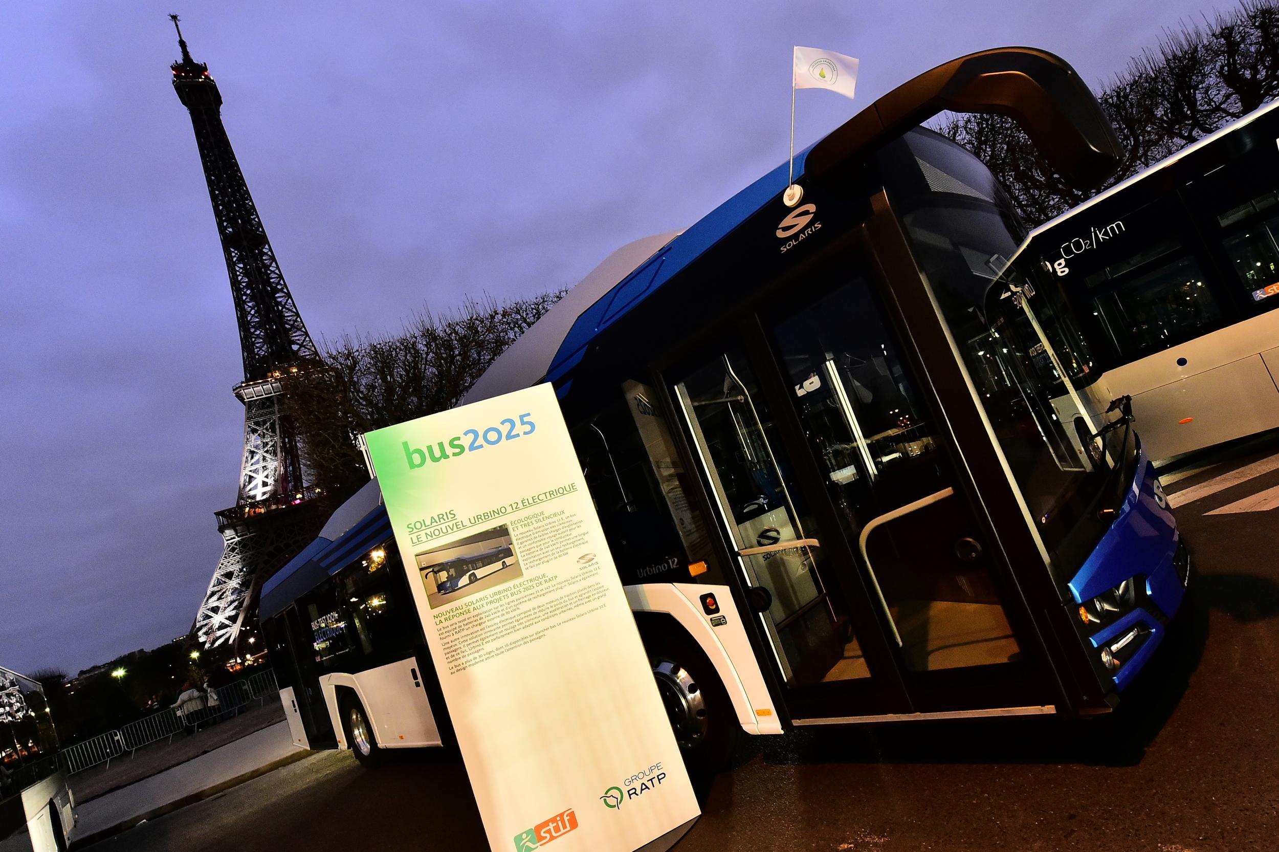 Elektrobus od Solarisu v provedení New Urbino začal 2. 12. 2015 testy na linkách pařížské MHD. Na snímku pózuje pod Eiffelovou věží. (foto: Solaris Bus & Coach)