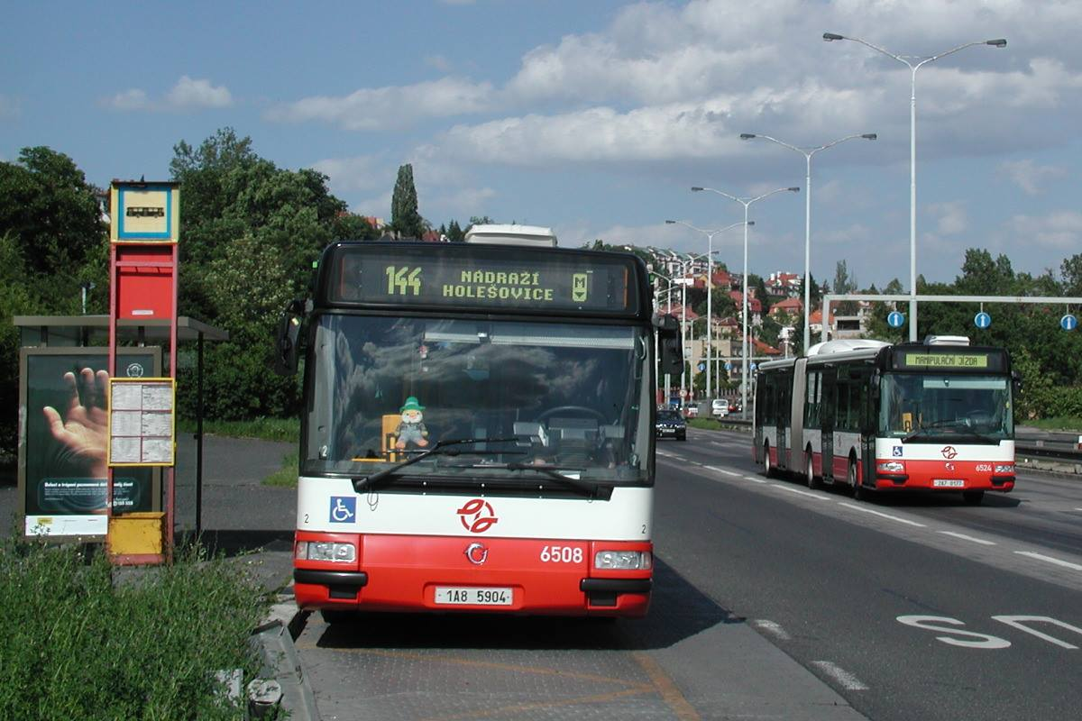 Vůz ev. č. 6508 ještě v běném provozu na lince č. 144. Společnost mu dělá Citybus 18M ev. č. 6524. Oba autobusy na fotografii jsou již minulostí. V případě autobusu ev. č. 6508 je na vině požár, vůz ev. č. 6524 v pravé části snímku dojezdil v souvislosti se špatným technickým stavem. (foto: Roman Vanka, Citybus.cz)
