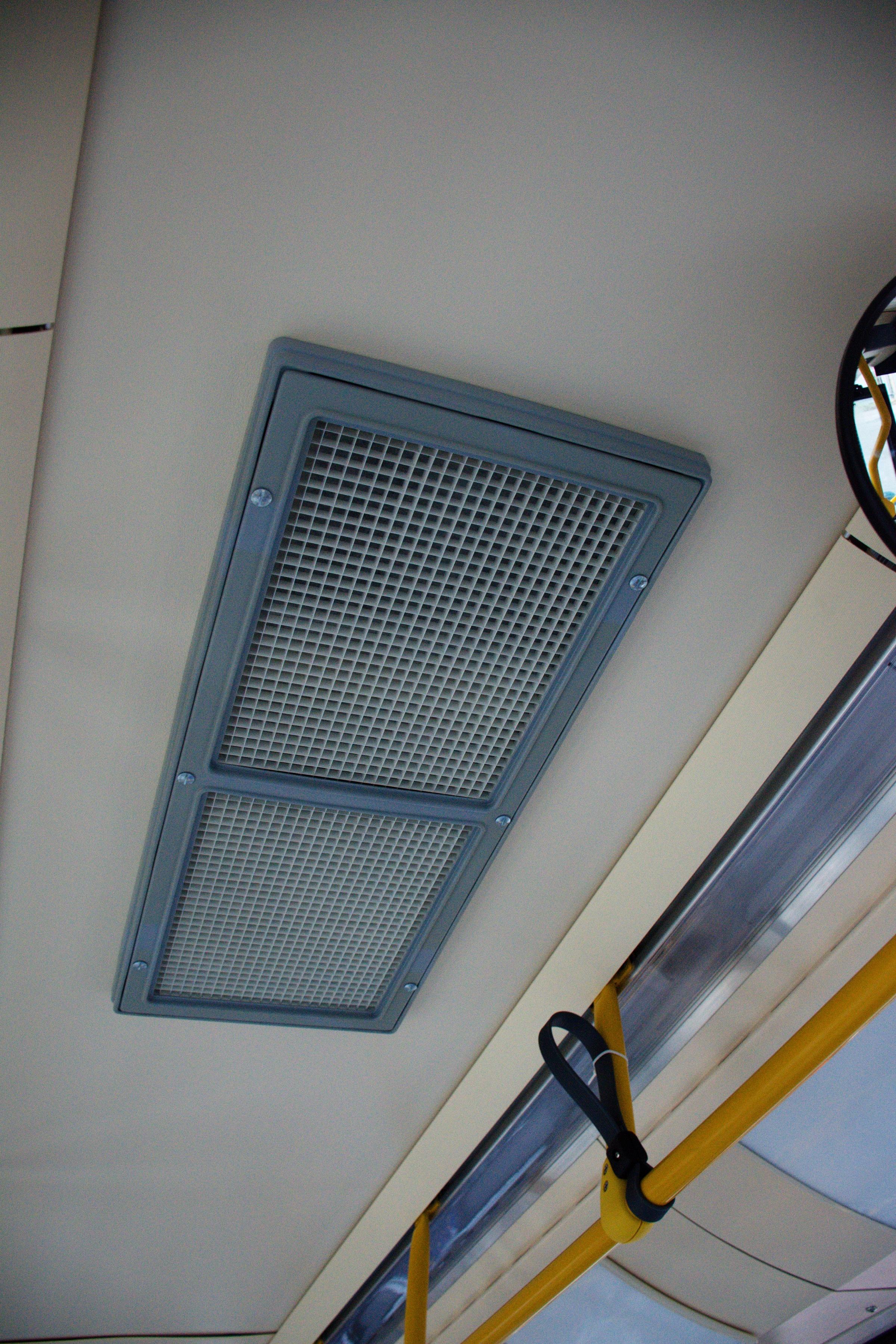 Detail výdechu klimatizace cestujících v interiéru. (foto: Dávid Hanušovský)