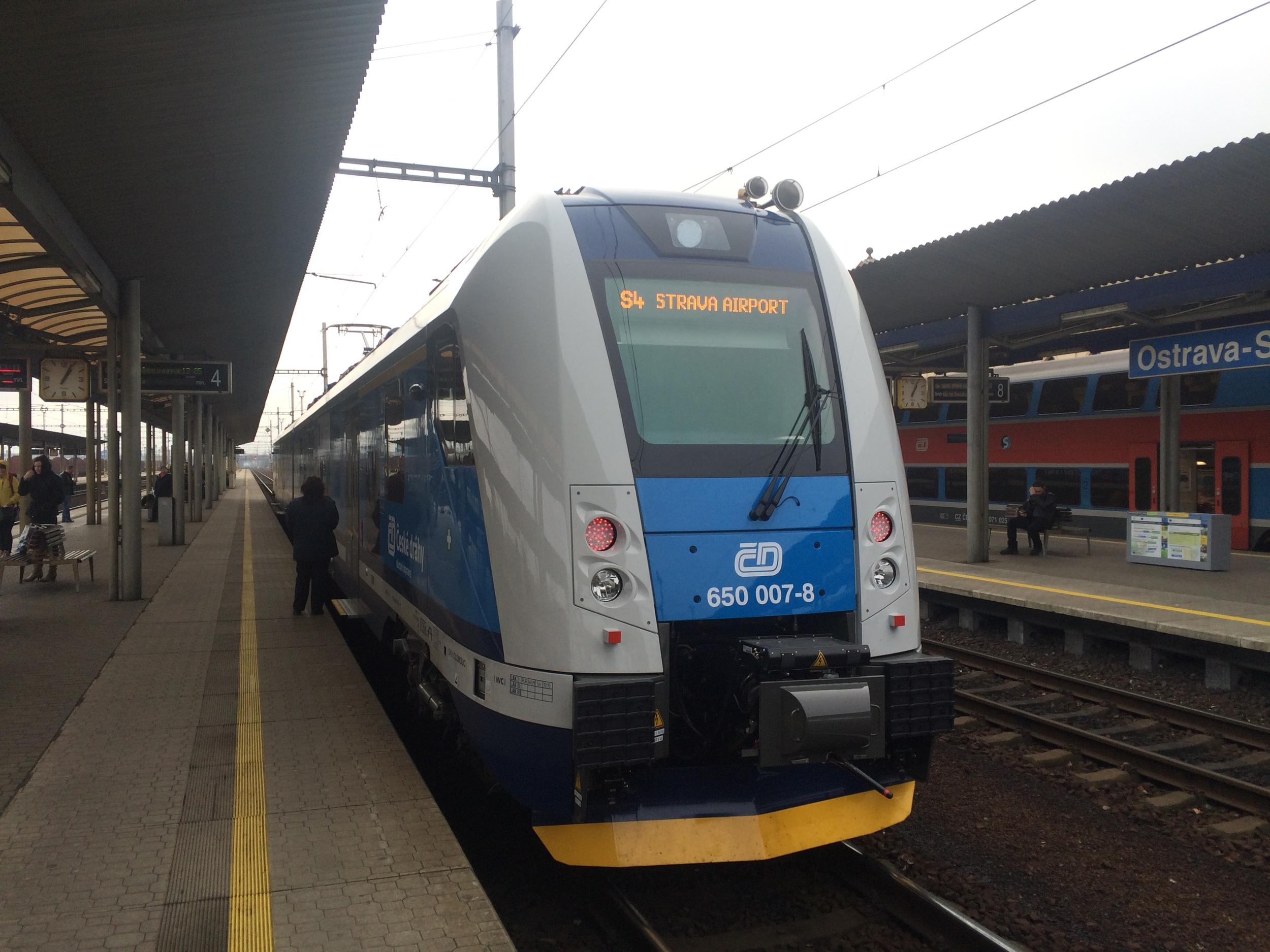 RegioPanter na lince S4 čeká na svinovském nádraží na odjezd na ostravské letiště. (foto: Libor Hinčica)
