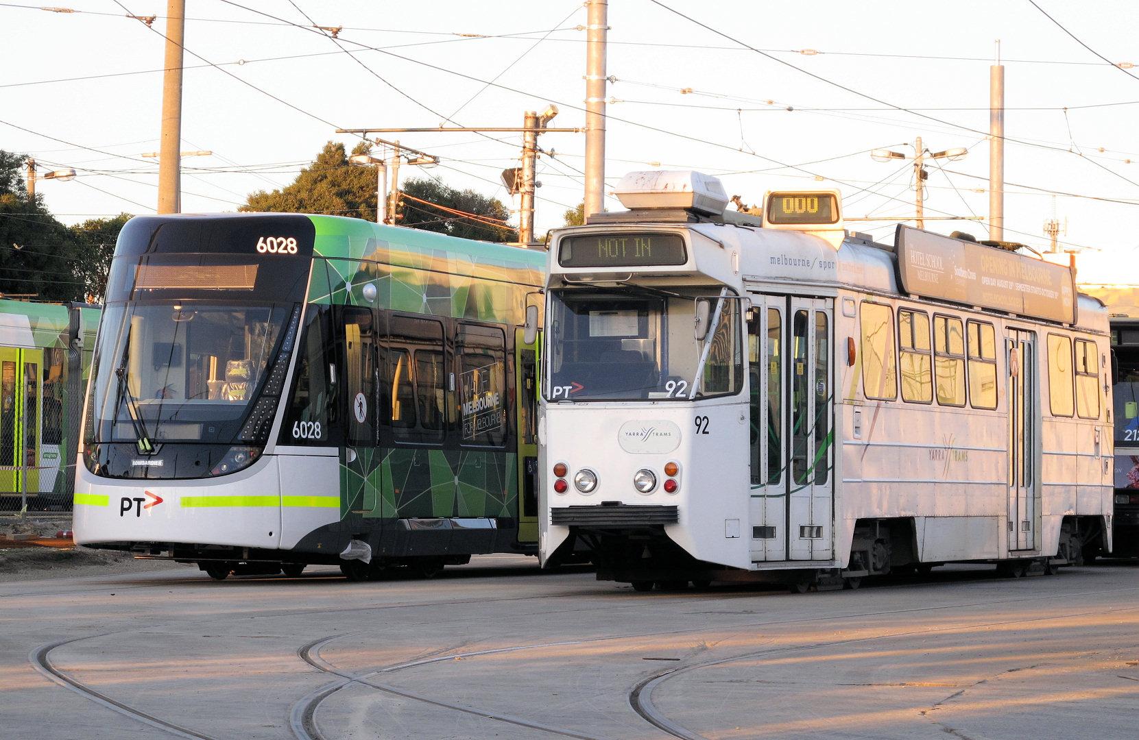 Konstrukce vozů řady Z (nejstarších tramvají nasazovaných na běžné linky) byla inspirována švédskými tramvajemi M28 a M29. Jeden z vozů řady Z je na snímku zachycen vedle nejmladšího přírůstku v podobě vozu Bombardier Flexity Swift (řada E) ev. č. 6028. (foto: Mal Rowe)