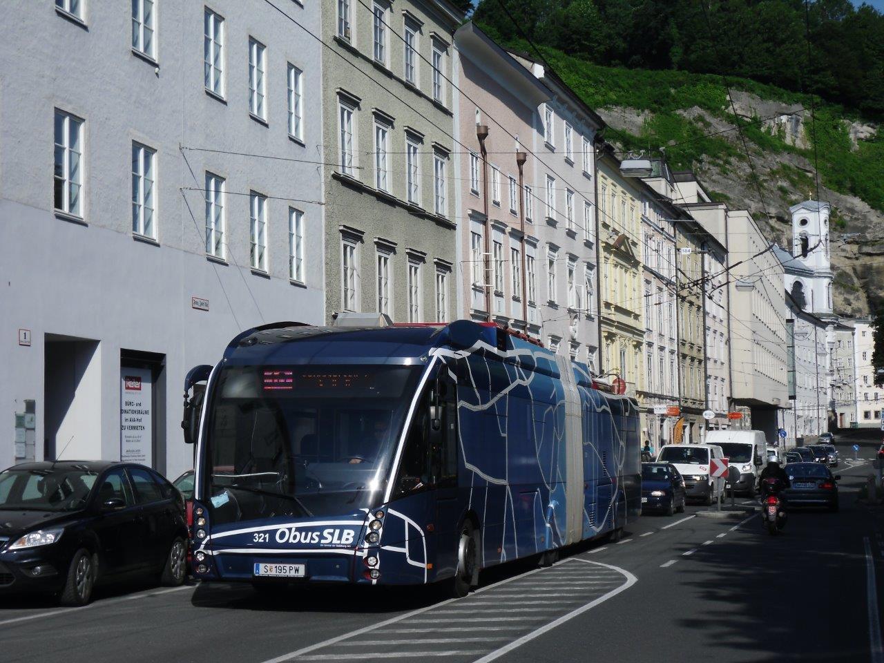 Trolejbus Solaris Trollino 18 AC MetroStyle ev. č. 321 na lince č. 10 na ulici Franz-Josef-Kai. Nyní tuto trať používají linky č. 7 a 8, přičemž zde došlo k obnově trolejového vedení. (foto: Gunter Mackinger)