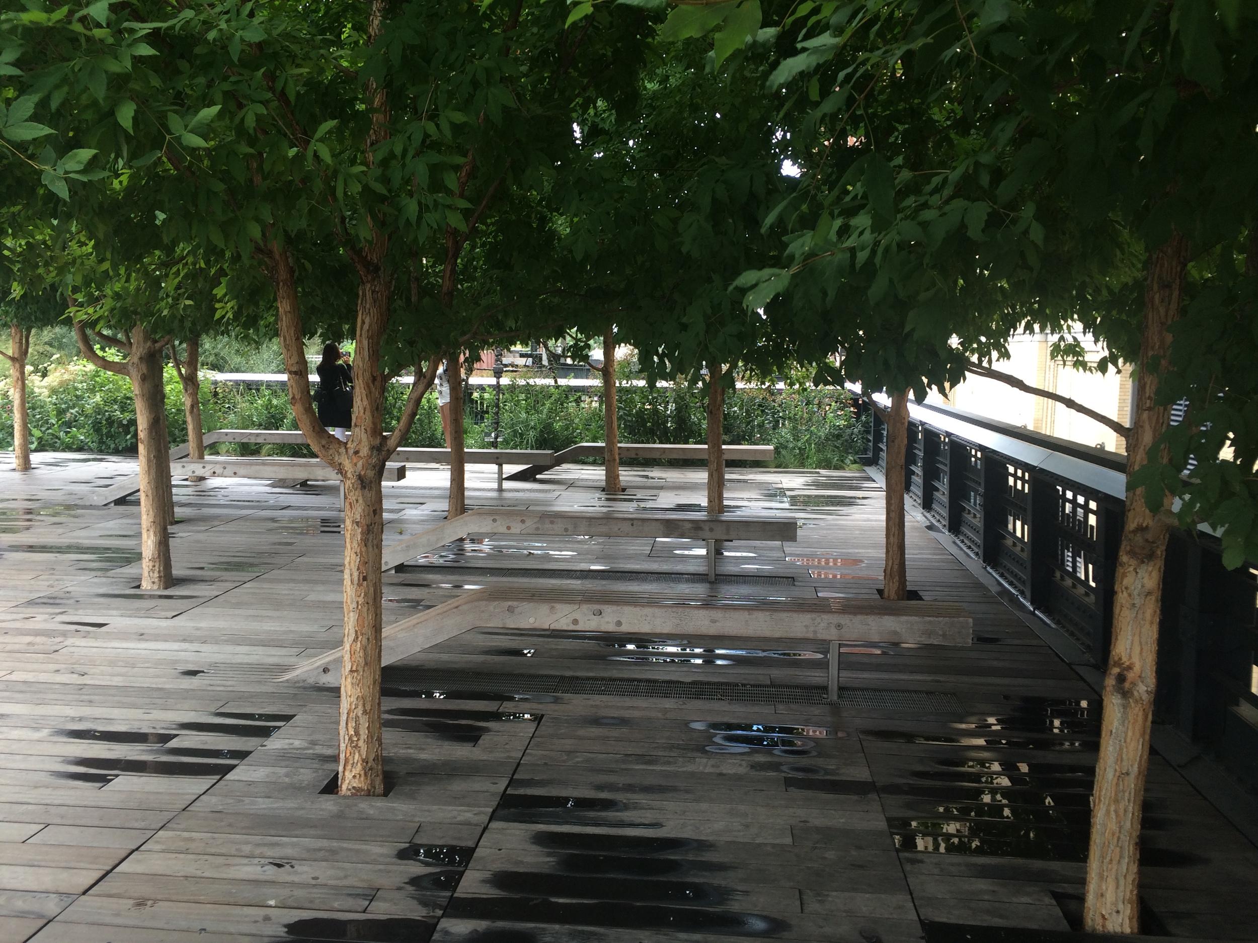 Rozšířené prostory nadzemních konstrukcí jsou použity například jako malá náměstíčka. Samozřejmě plná zeleně. (foto: Libor Hinčica)
