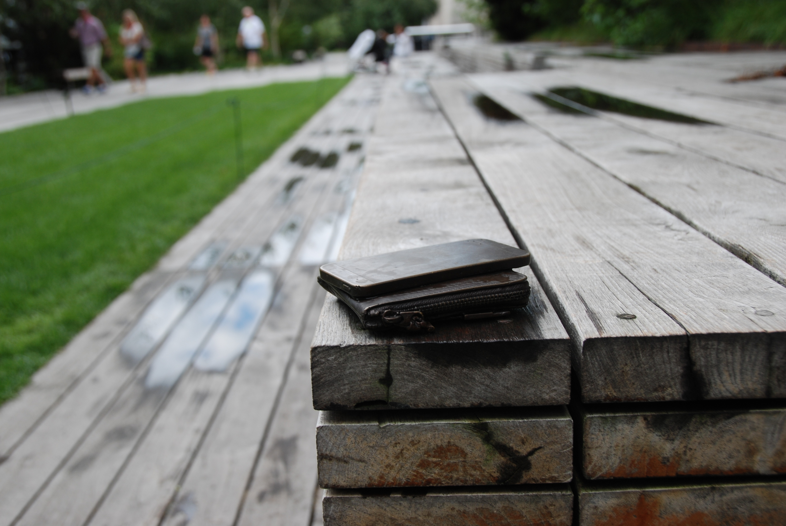 Řada lidí si myslí, že někdo na místě zapomněl svou peněženku a mobilní telefon. A tak se snaží dopátrat, kde najdou pracovníka, jemuž by mohli nález odevzdat. Jakmile však dojdete blíže, zjistíte, že nejde o zapomenuté věci, ale součást High Line. Drobnou sochu. Není to dokonalé? (foto: Libor Hinčica)