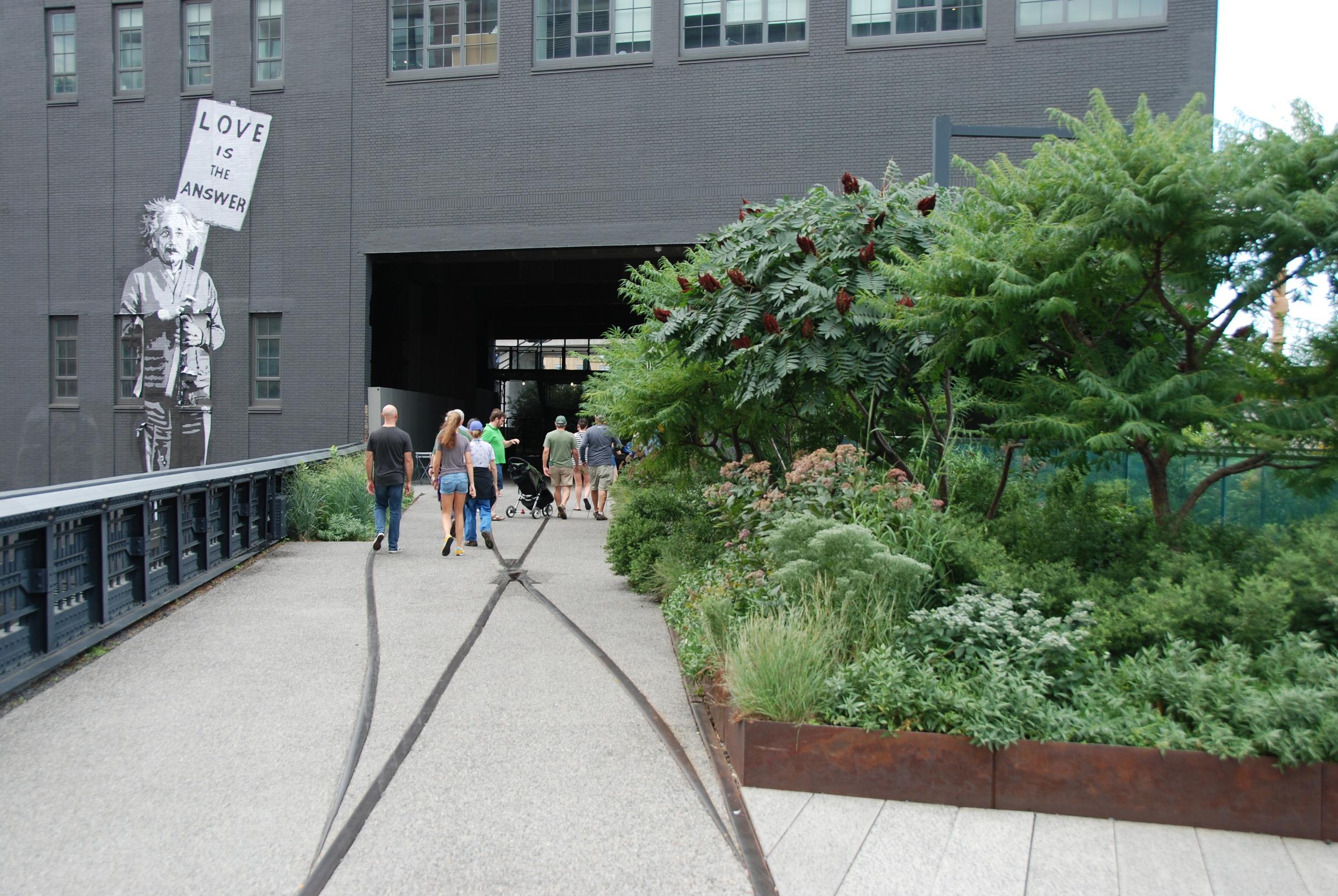 High Line projížděla v minulosti přímo skrze budovy a sklady, v řadě z nich bylo možné přímo realizovat vykládku a nakládu zboží. Dnes se v průjezdu nad zemí nachází stánky s občerstvením a upomínkovými předměty. A pokud budete v životě někdy o něčem pochybovat a váhat, odpověď Vám dá Albert Einstein. (foto: Libor Hinčica)
