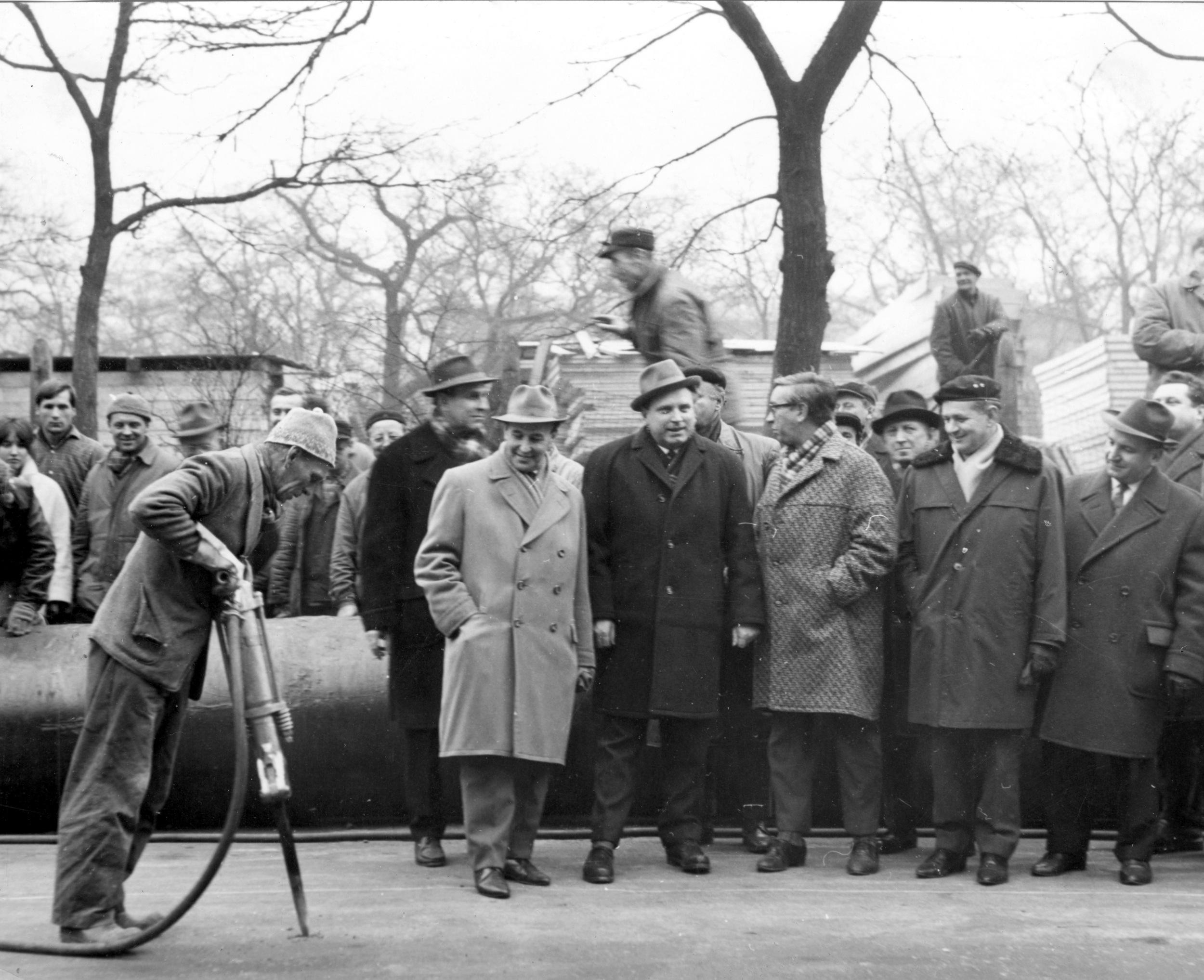 Dělník Bartoš se právě zapisuje do dějin. Jeho pneumatické kladivo symbolicky zahajuje stavbu pražského metra. Nikdo z přítomných o tom ovšem ještě neví... (foto: archiv DPP)