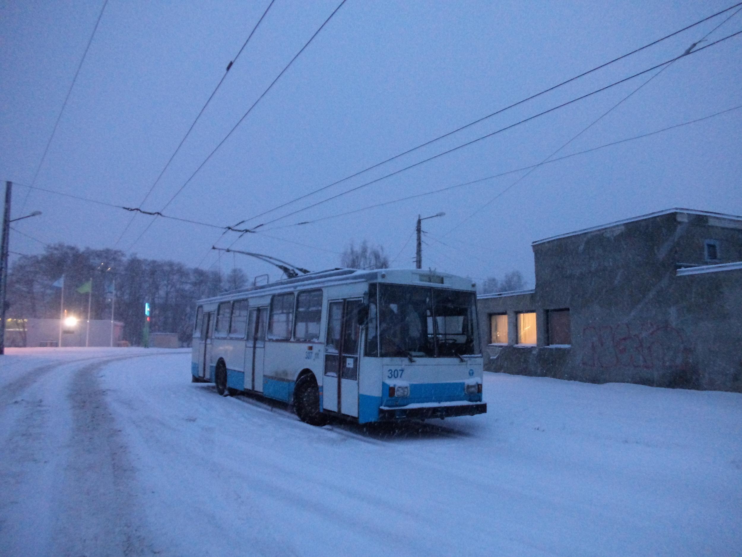 Snímek z 3. 1. 2016 dokazuje, že trolejbusy Škoda 14 Tr jsou zatím stále nasazovány do provozu, přestože došlo k výraznému omezení vypravenosti po zrušení dvou trolejbusových linek. Brzy by však mělo všem škodováckým vozům v ulicích estonské metropole odzvonit. (foto: Ing. Vít Hinčica, Ph.D.)