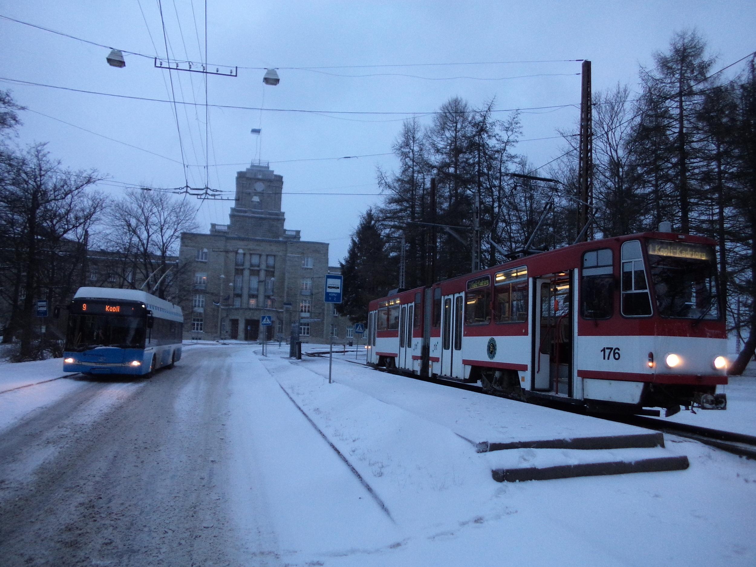 V minulosti pořídil místní dopravce celkem 51 trolejbusů Solaris Trollino 12 a 18, velkou část z nich i s českou elektrickou výzbrojí Cegelec. Na snímku z 3. 1. 2016 je jeden z 12m vozů zachycen ve společnosti tramvaje KT4 na konečné Kopli. (foto: Ing. Vít Hinčica, Ph.D.)