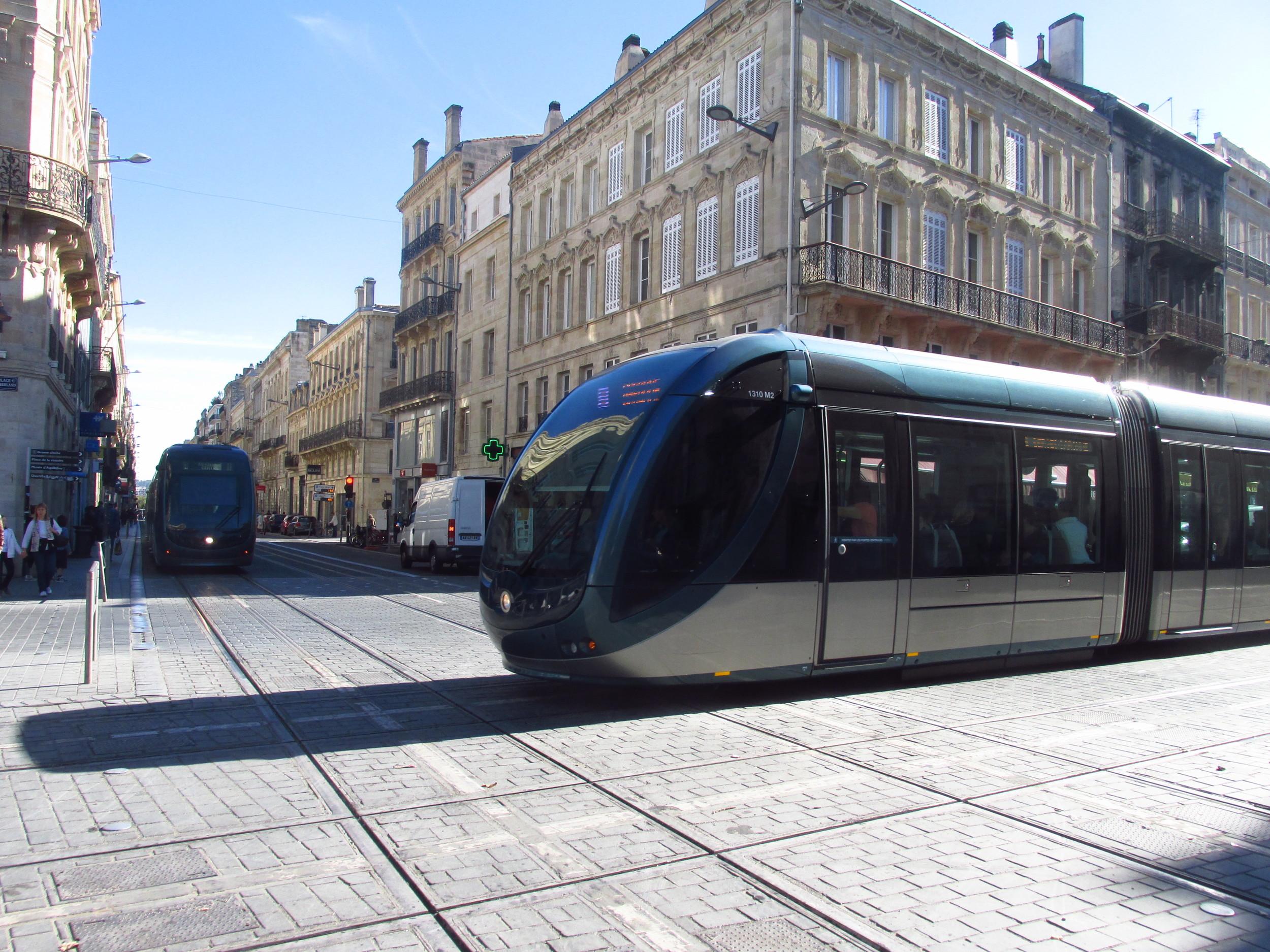 Netradiční křížení dvou tratí se spodním přívodem proudu v Bordeaux. (foto: Ing. Filip Jiřík)