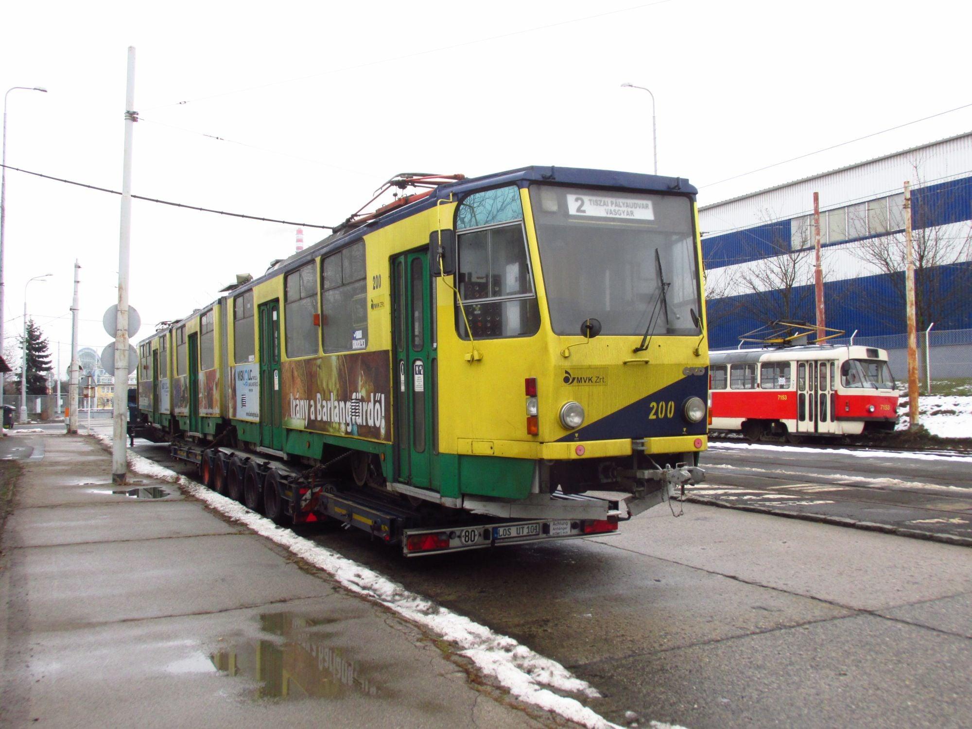 Na nádvoří pražských ústředních dílen je zachycen vůz KT8D5 ev. č. 200, který byl odkoupen z Miskolce a složen dne 11. 1. 2016. (foto: ČS Dopravák)