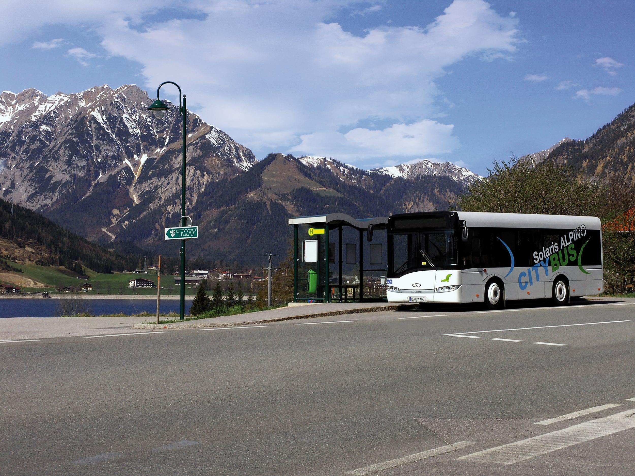 Malé autobusy od Solarisu nesly původně obchodní jméno Alpino. Jak už název napovídá, autobusy měly být určeny hlavně pro provoz v horských oblastech Alp. Nakonec však našly uplatnění v různých provozech napříč Evropou. U nás je jejich největší flotila u DP Praha. (foto: Solaris Bus & Coach)