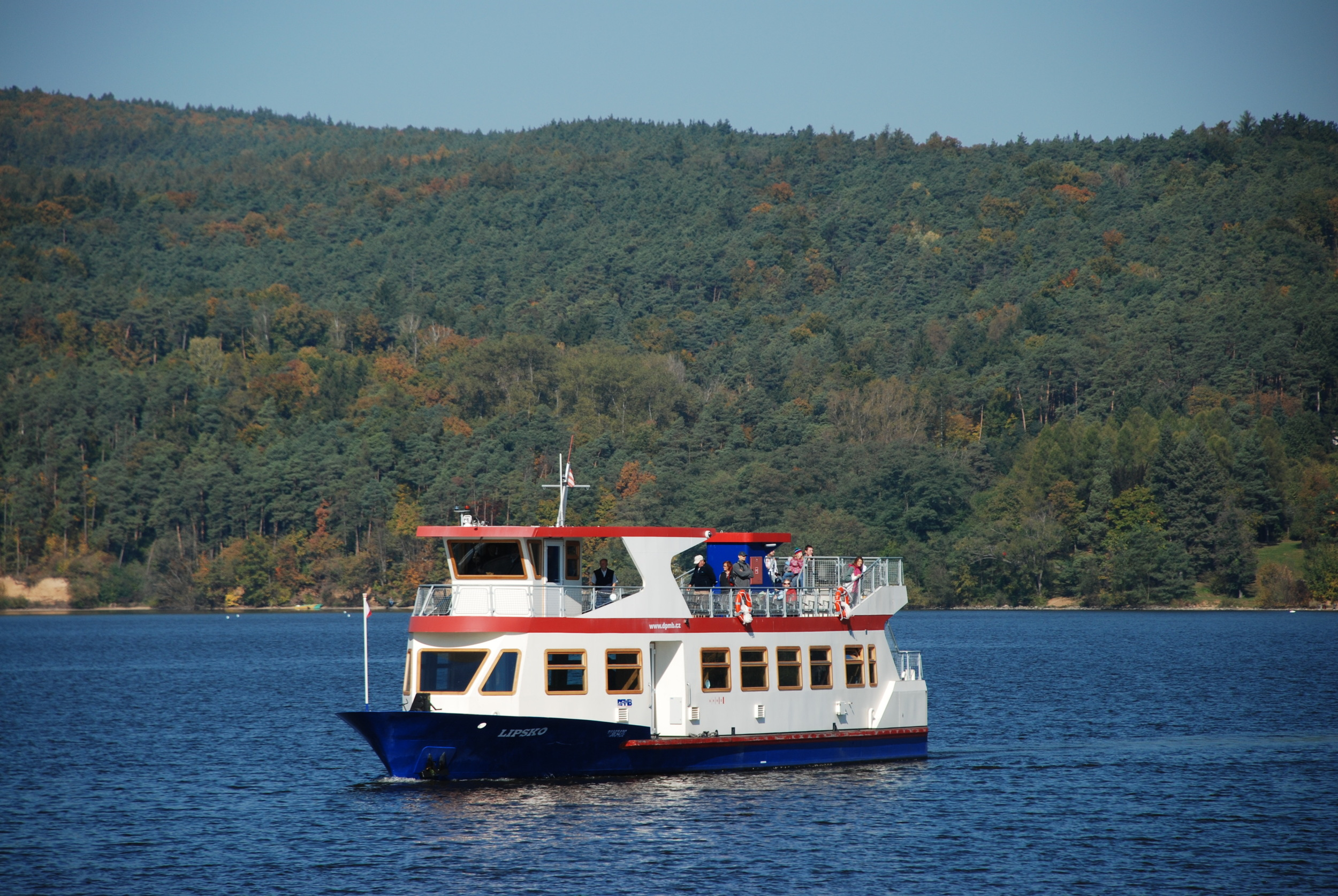 Brněnský DP je aktuálně jediným v ČR, který provozuje vlastní lodní dopravu. Na Brněnské přehradě se plaví lodě již od roku 1946. (foto: Libor Hinčica)