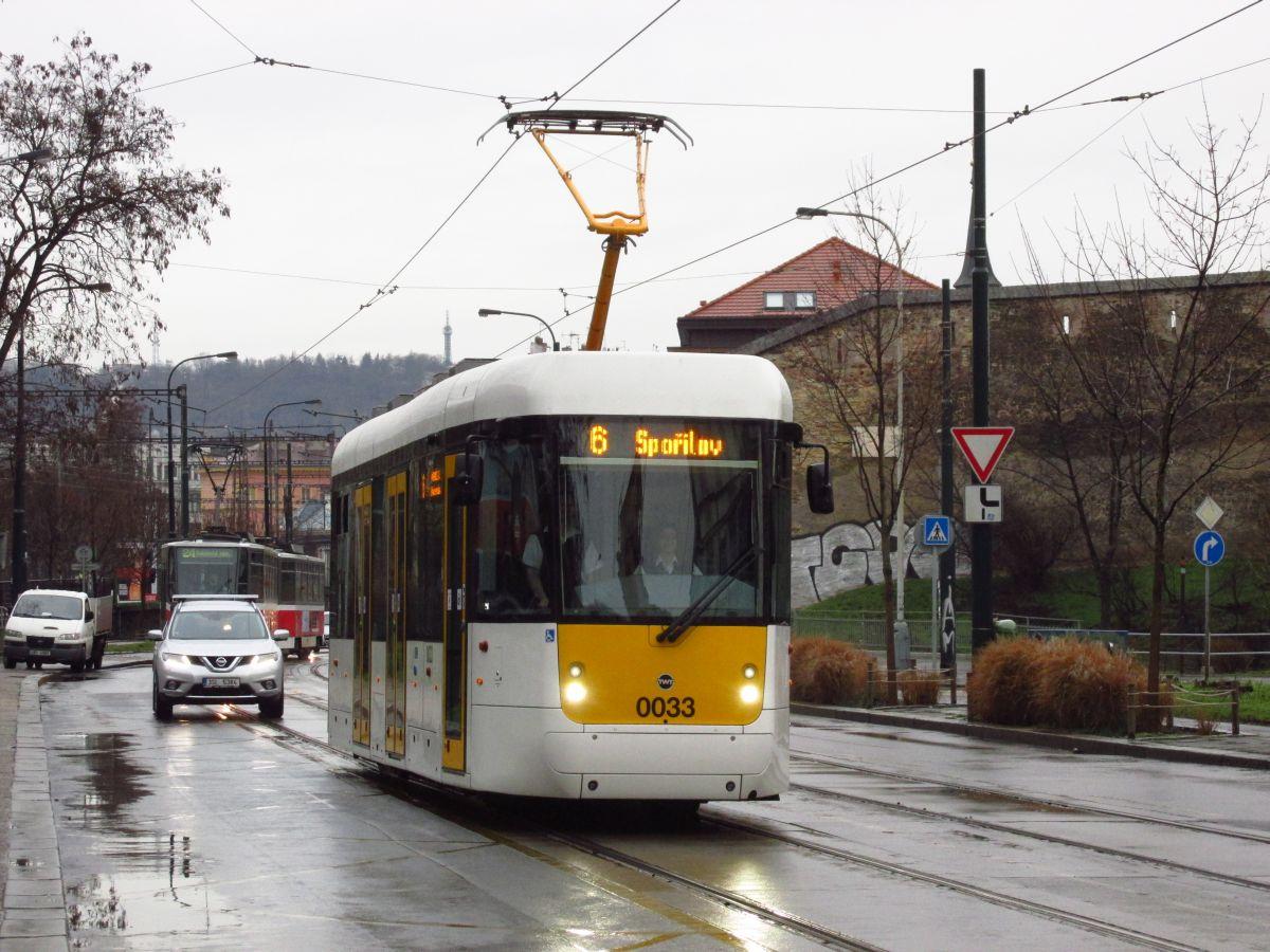 Normal   0       21       false   false   false     CS   X-NONE   X-NONE                                                                                                                                                                                                                                                                                                                                                                                                                                                                                                                                                                                                                                                                                                                                                                                                                                                          Prototyp EVO1 přijíždí k zastávce Ostrčilovo náměstí v pražských Nuslích. (foto: Ing. Filip Jiřík)