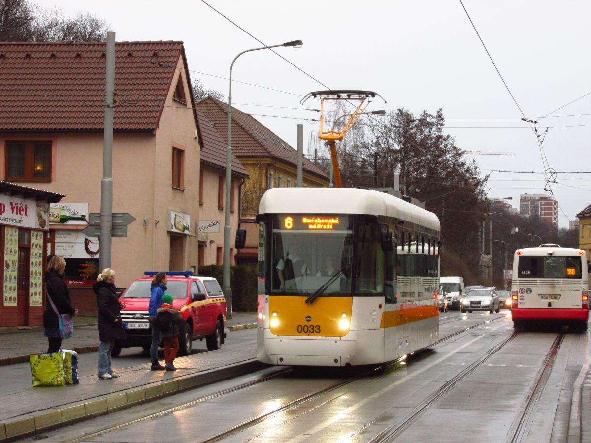 Normal   0       21       false   false   false     CS   X-NONE   X-NONE                                                                                                                                                                                                                                                                                                                                                                                                                                                                                                                                                                                                                                                                                                                                                                                                                                                          Vůz č. 0033 přijíždí do zastávky Michelská v doprovodu složek technické kontroly DP. (foto: Ing. Filip Jiřík)
