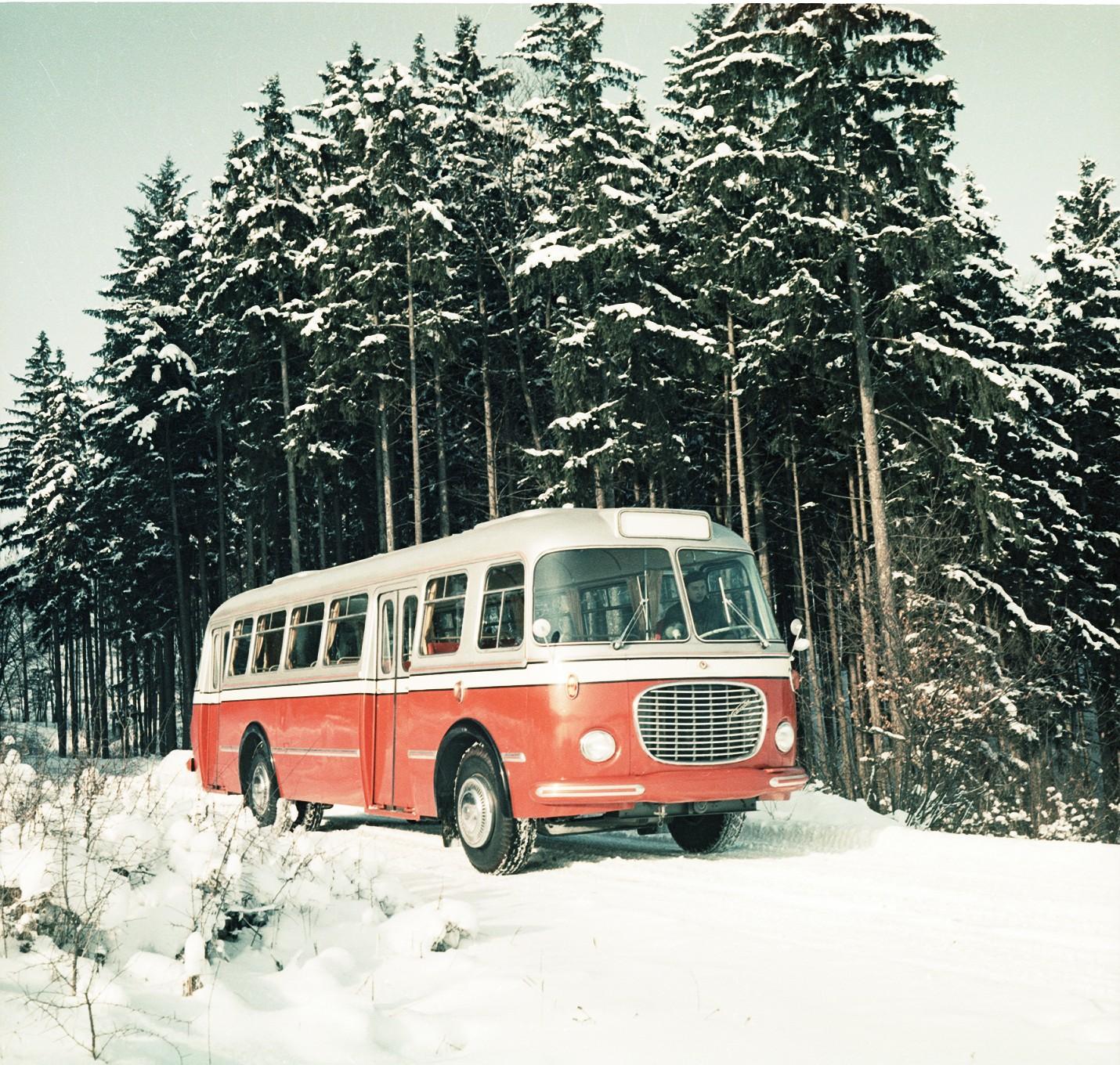 Klasické provedení městského vozu Škoda 706 RTO na propagačním snímku n. p. Karosa. (foto: archiv Iveco Czech Republic)