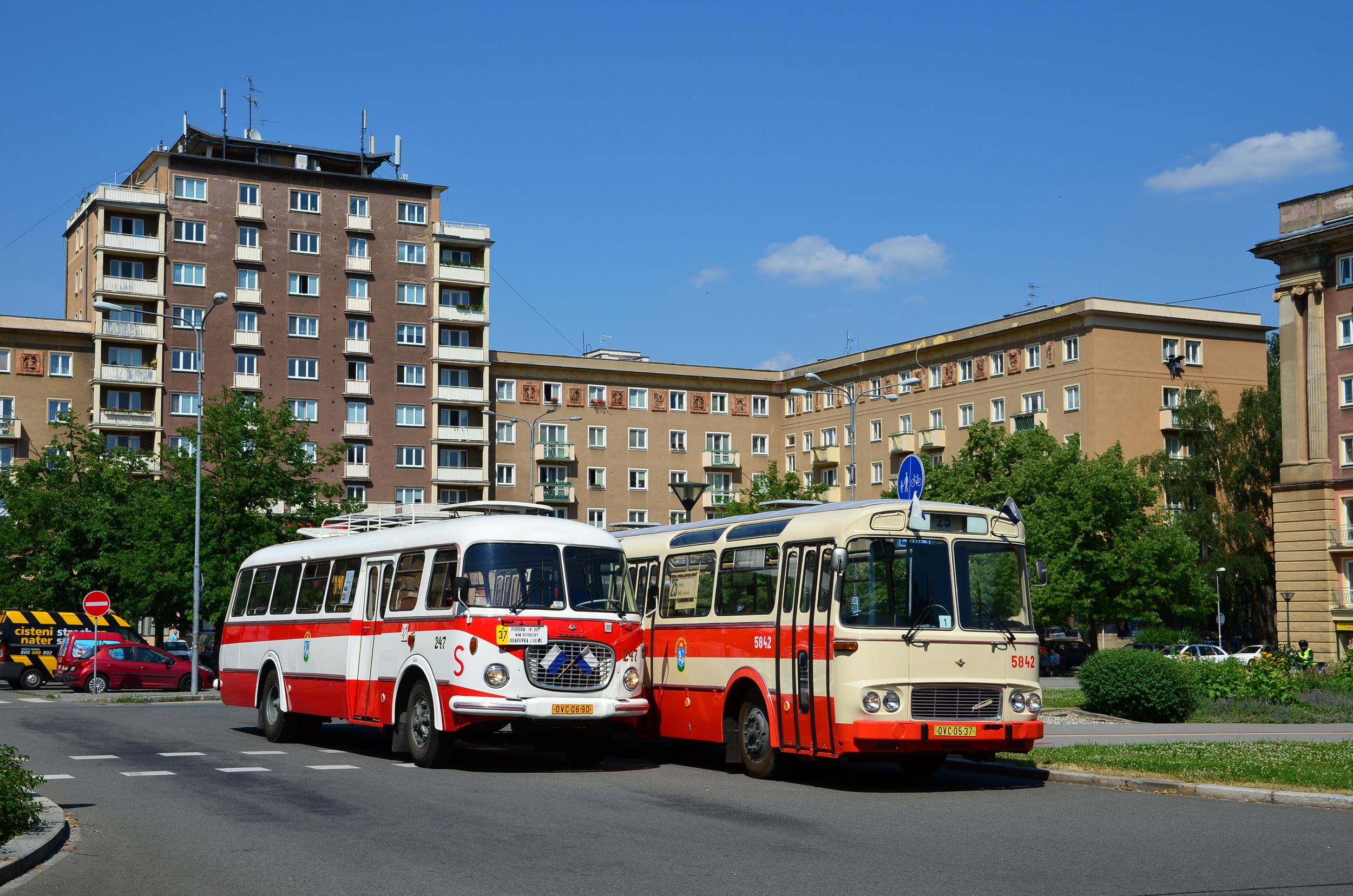 Setkání historických vozů Škoda 706 RTO a ŠM 11 ostravského DP. Snímek zřetelně ukazuje rozdíly v řešení karoserie a podvozkové části. (foto: Miroslav Halász)