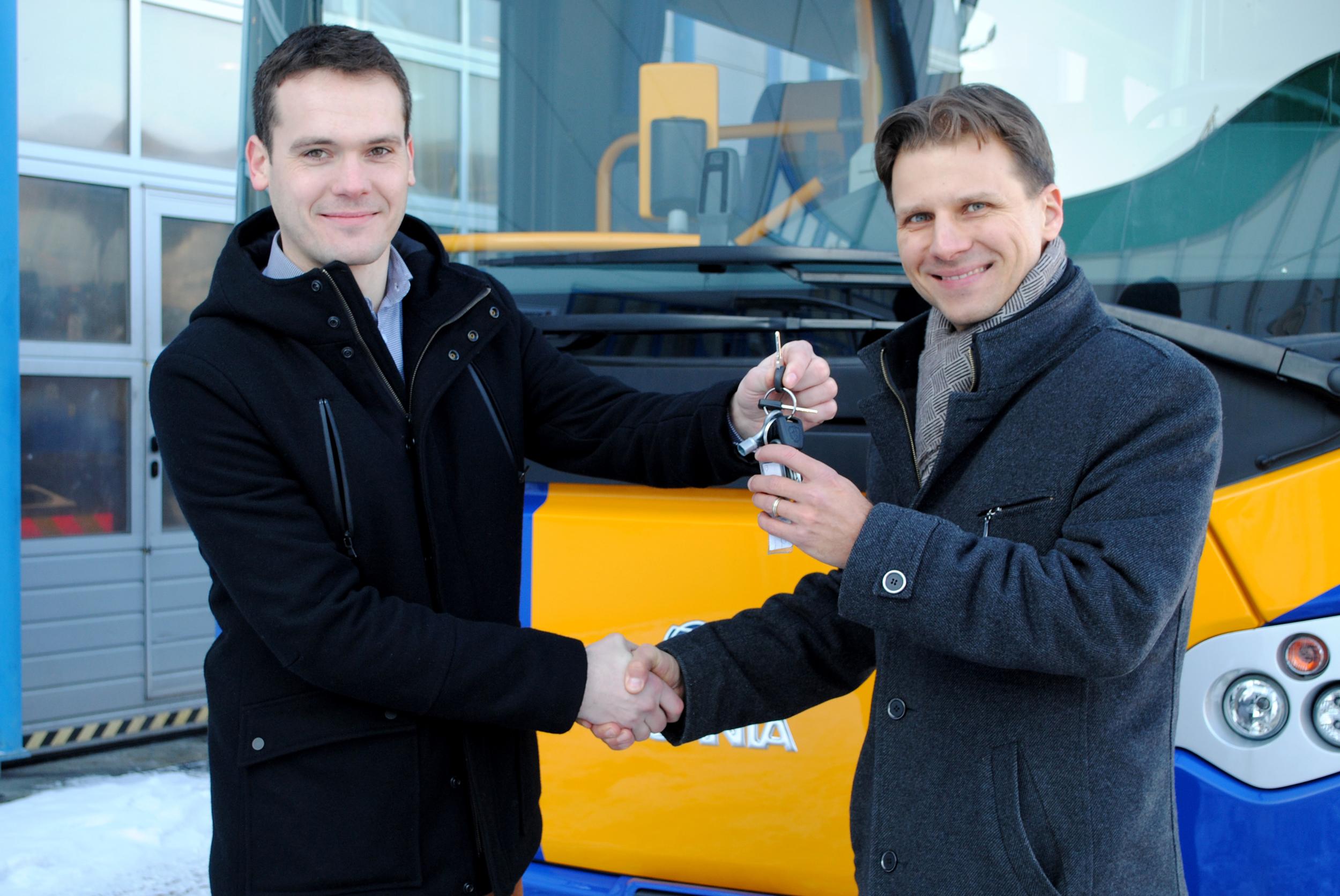 Symbolické předání klíčů - Lukáš Martinů ze společnosti Scania (vlevo) a Petr Kužma, ředitel divize osobní dopravy BORS Břeclav. (foto: Scania)