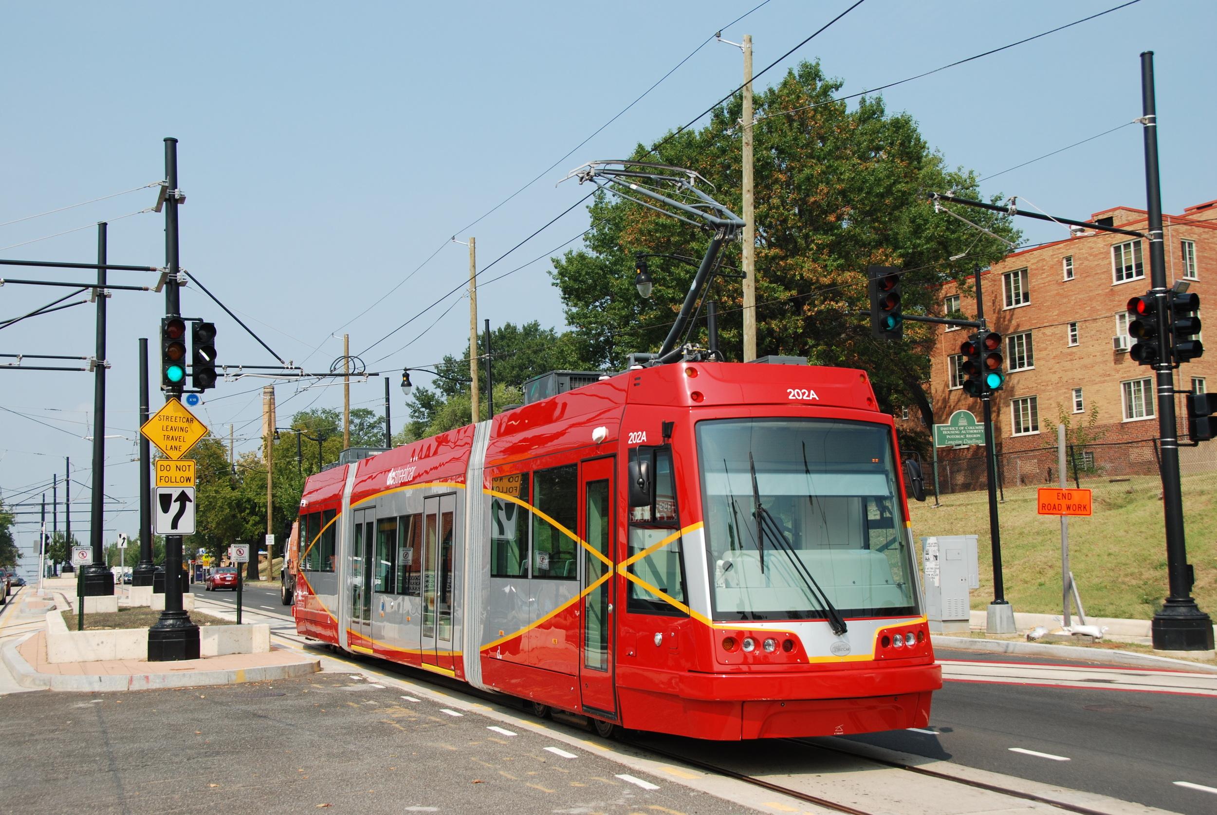 Vůz United Streetcar 100 během zkoušek na tramvajové trati ve Washingtonu, D.C. v září 2015. (foto: Libor Hinčica)