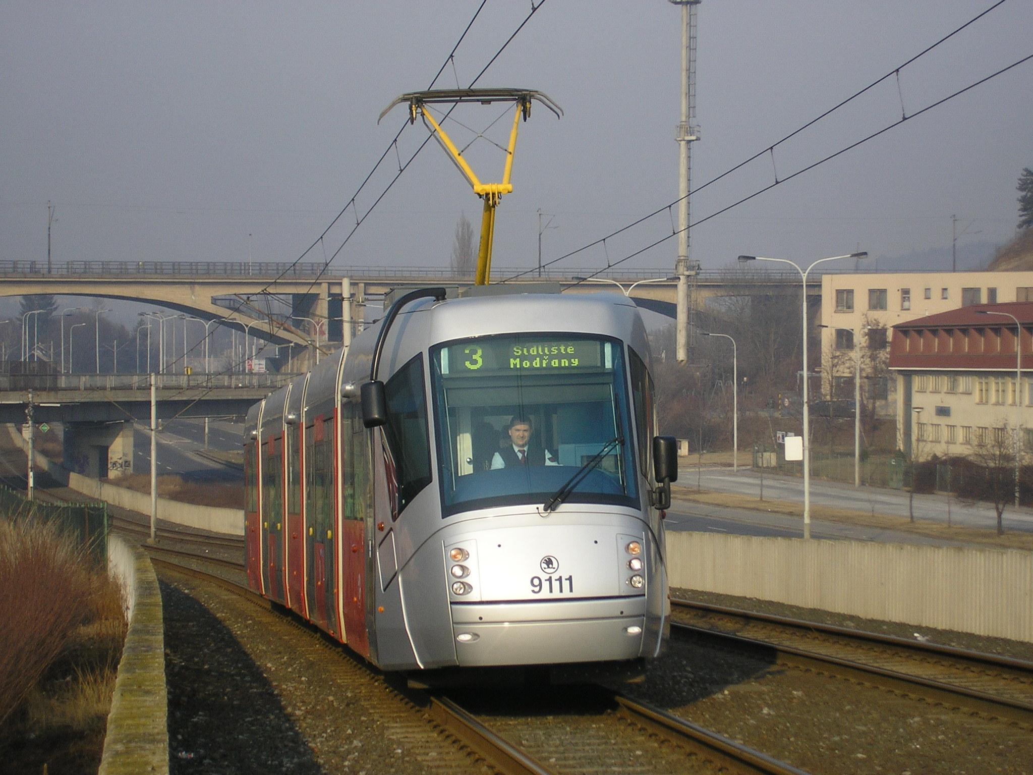 Prototyp tramvaje Škoda 14 T ev. č. 9111 na modřanské estakádě v první dny provozu v lednu 2006. (foto: Ing. Filip Jiřík)