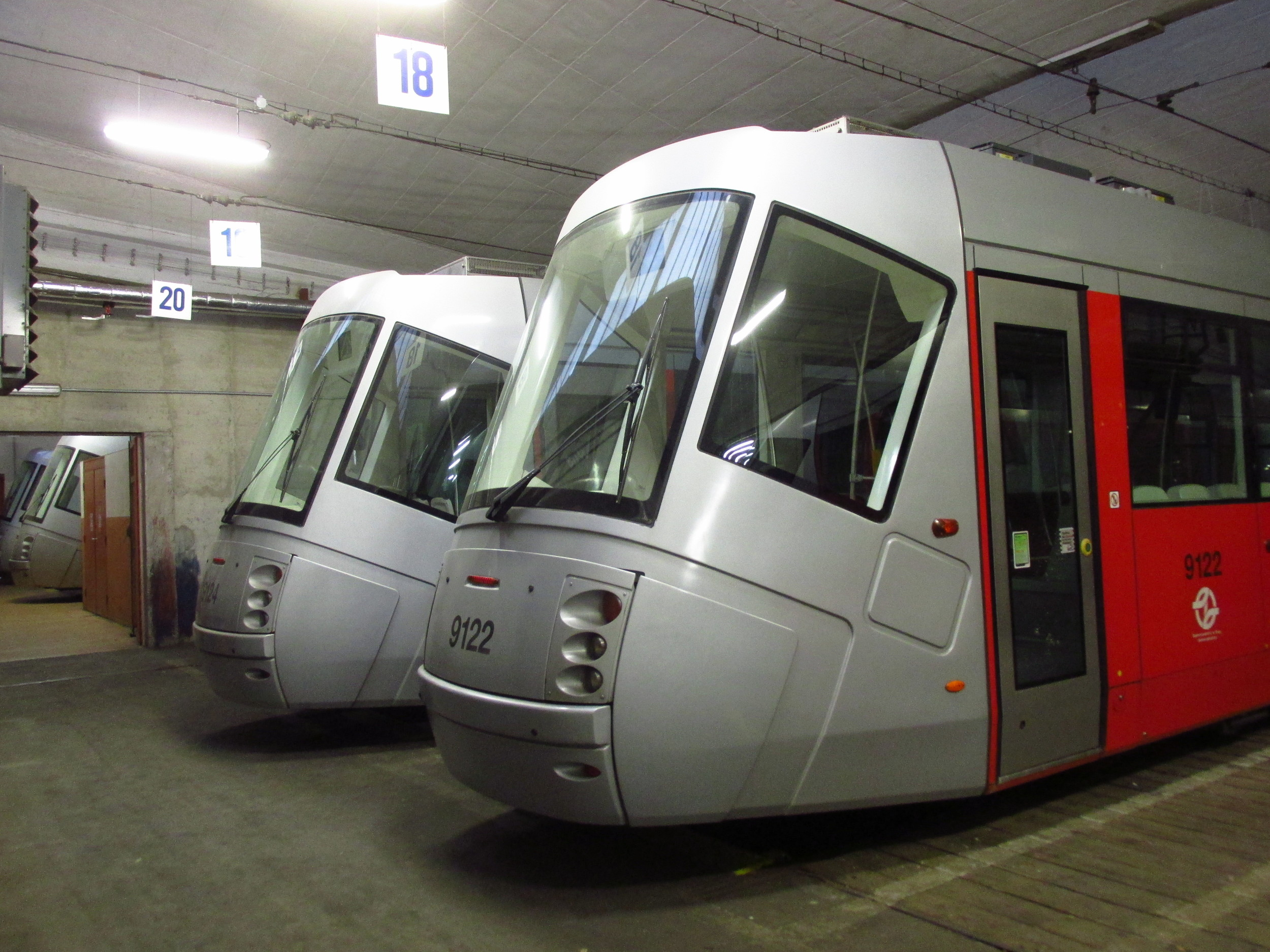 Pohled na odstavené vozy Škoda 14 T v areálu vozovny Hloubětín v roce 2015. (foto: Ing. Filip Jiřík)