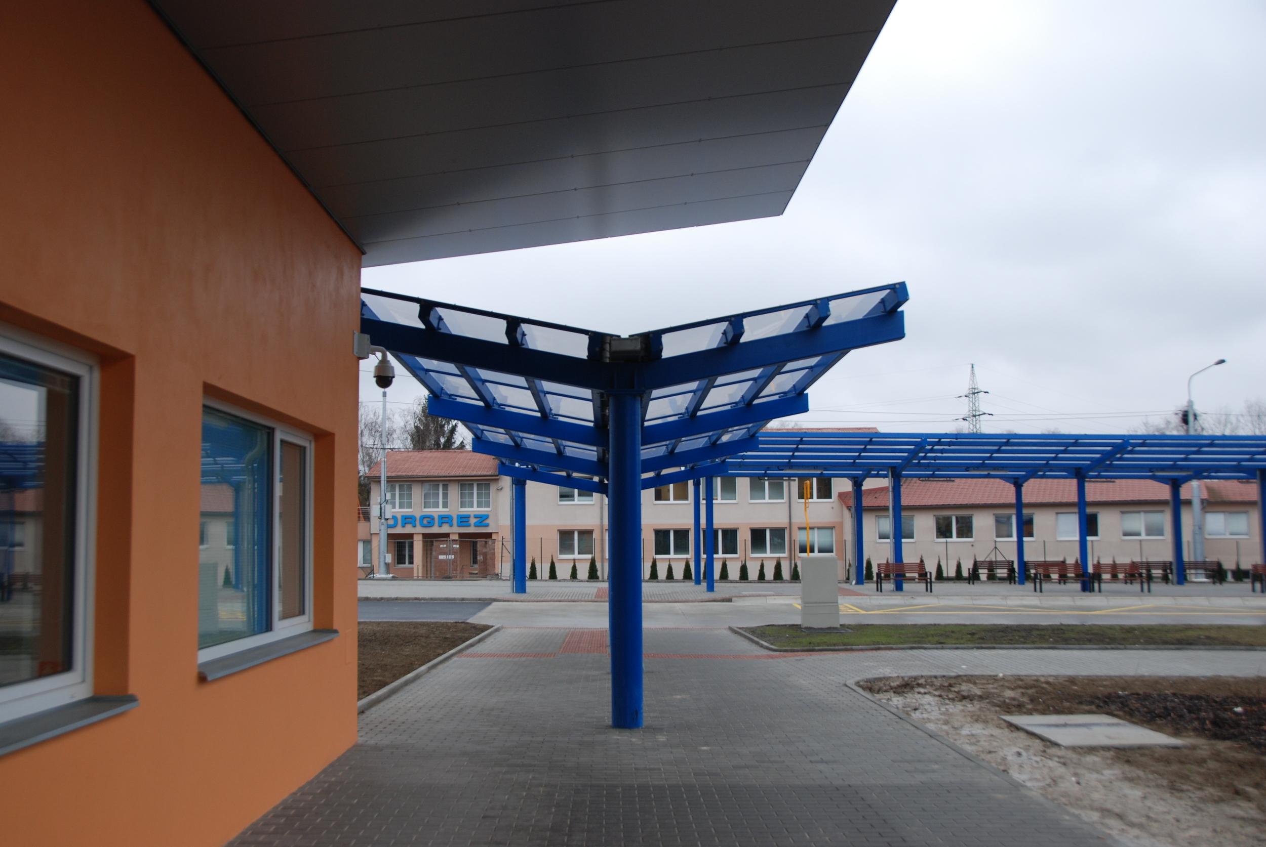 Architektonická řešení celého terminálu je velmi nekvalitní. Jednotlivé stavby na sebe přirozeně nenavazují, použity jsou nejlacinější konstrukce a materiály. Ústředním bodem je objekt sociální vybavenosti uprostřed terminálu. (foto: Libor Hinčica)