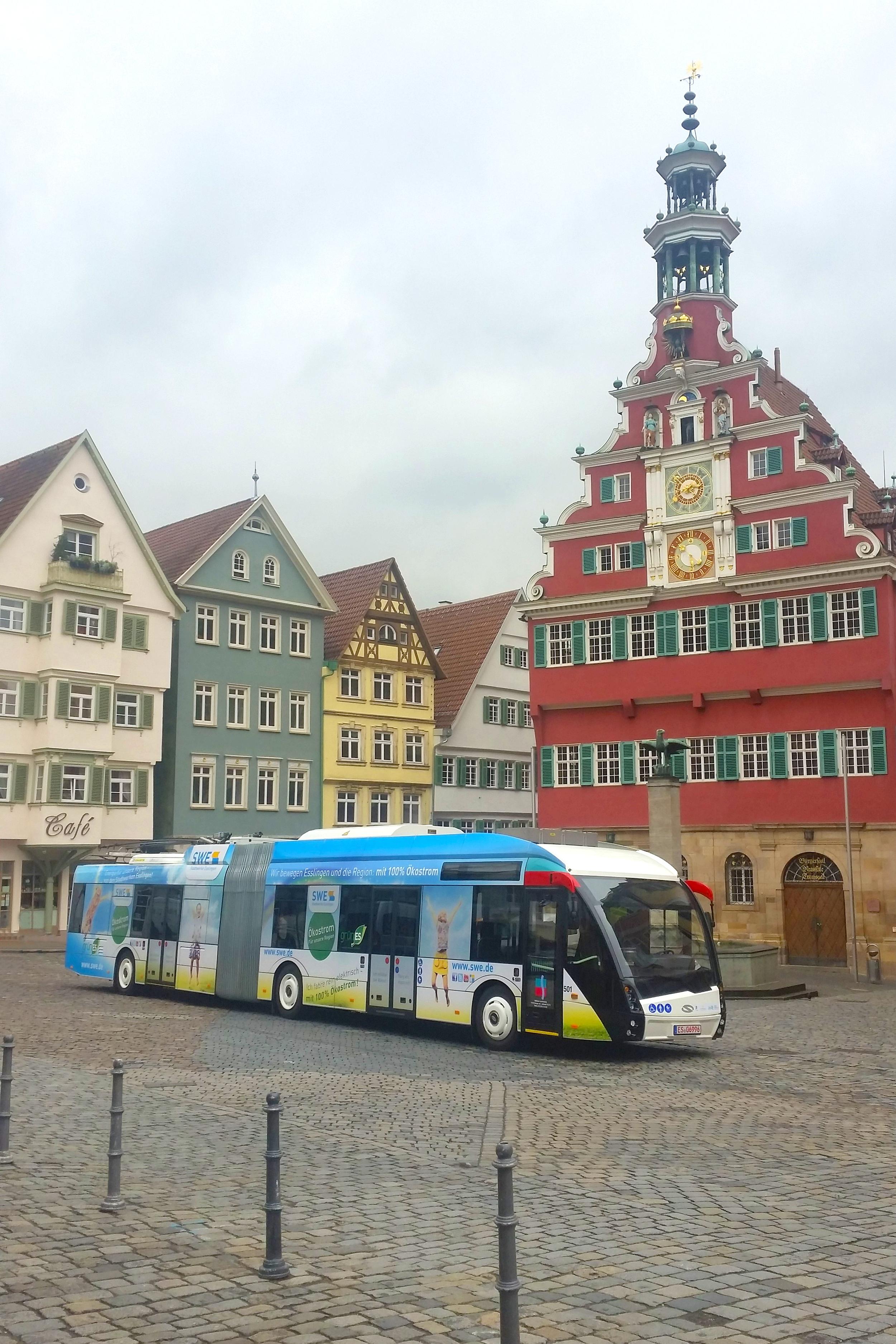 Prototypový trolejbus Solaris Trollino 18,75 na náměstí v Esslingenu. (foto: Solaris Bus & Coach)