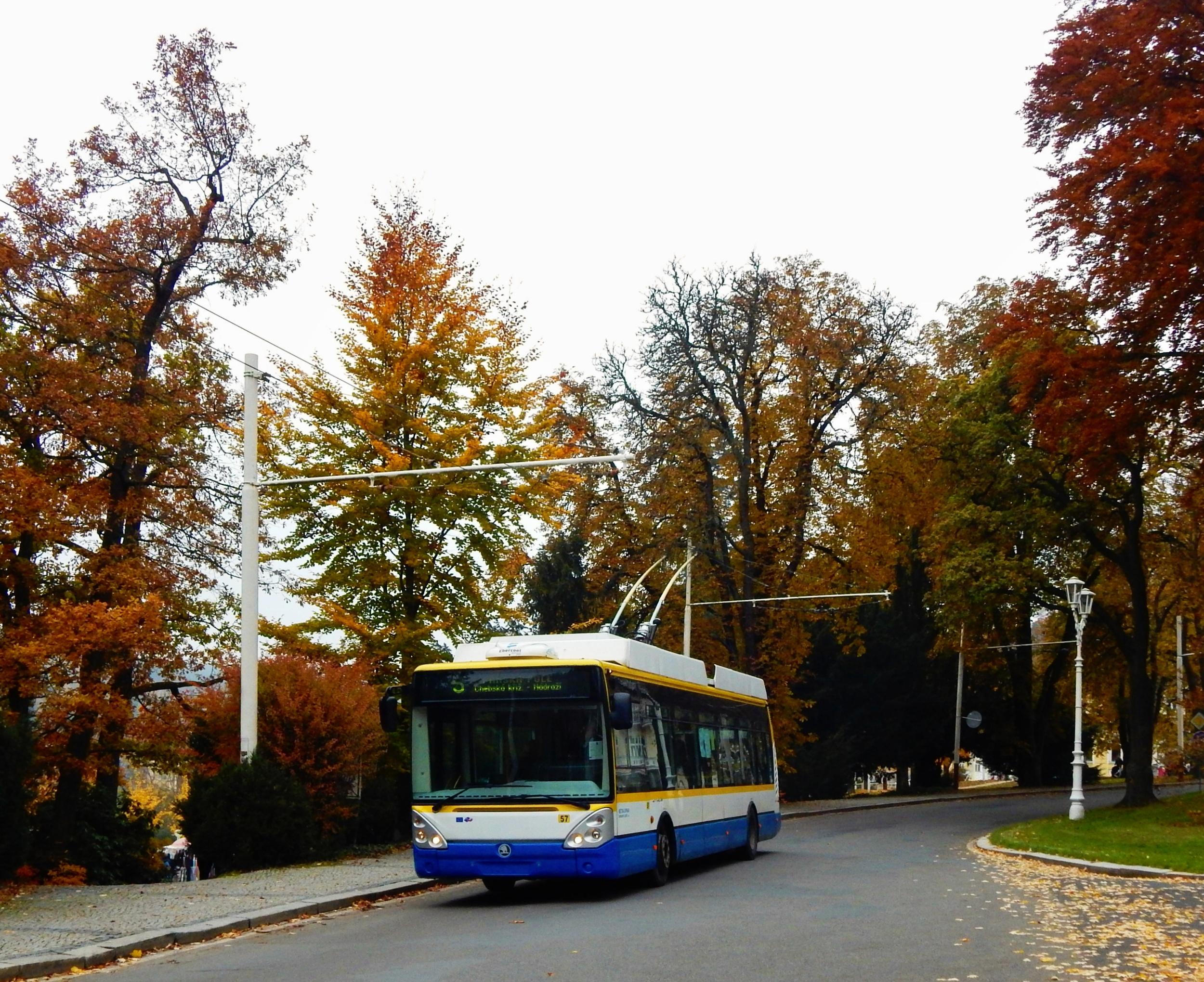 V Mariánských Lázních jsou dnes do provozu nasazovány trolejbusy Škoda 24 Tr Irisbus a jeden vůz Škoda 14 TrM původem z Plzně. (foto: Petr Bystroň).