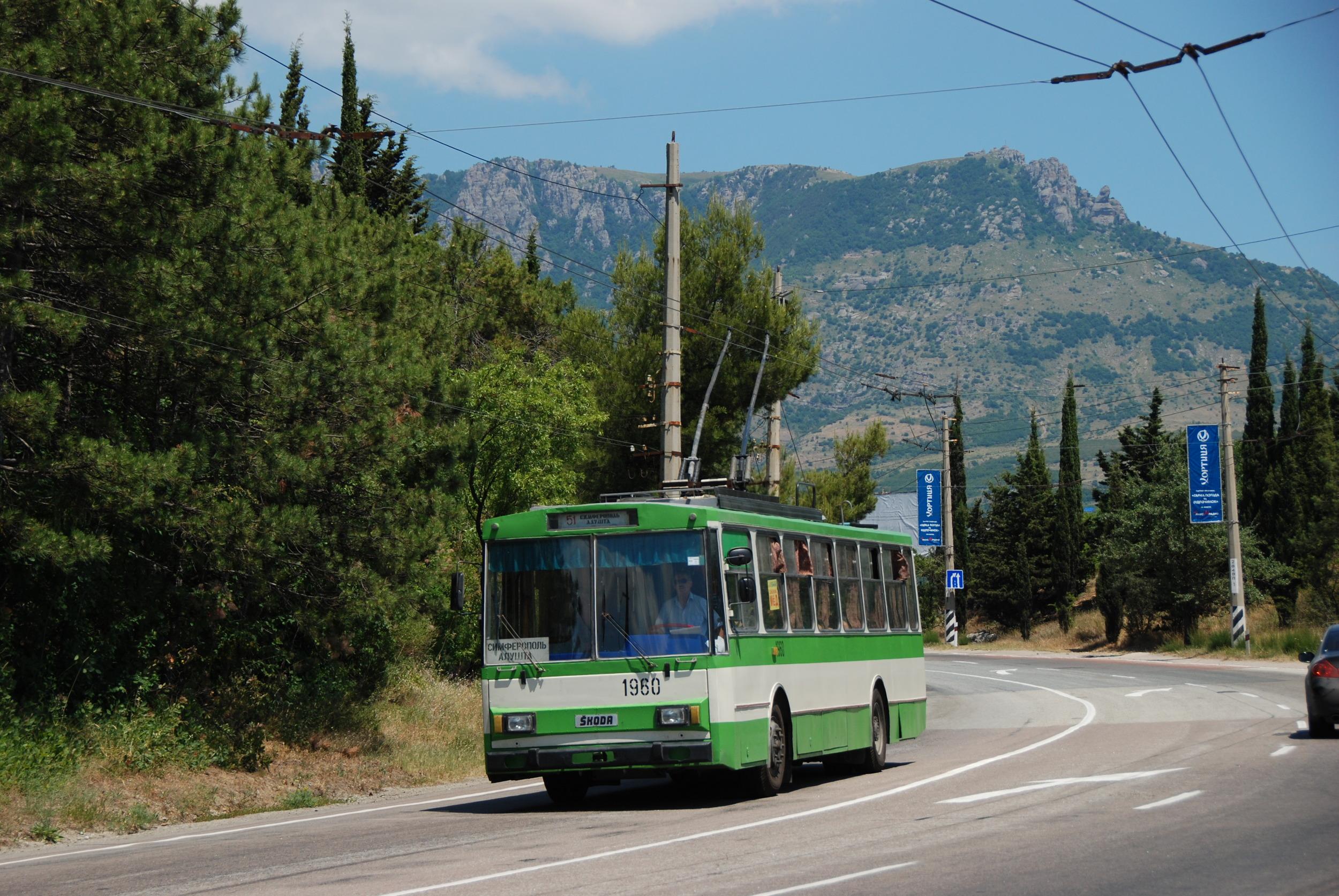 Nádhernou krajinou hor a vinic vede meziměstská trať Simferopol - Alušta - Jalta, která překonává horský průsmyk a klesá směrem k Černému moři. Na snímku jeden z vozů Škoda 14 Tr. (foto: Libor Hinčica)