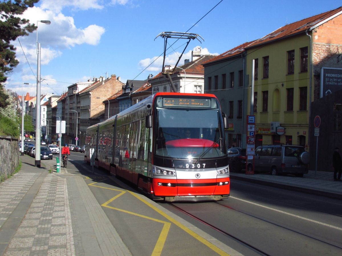 Vůz ev. č. 9307 je jednou ze dvou pražských tramvají, v nichž je možné platit bezkontaktní kartou. (foto: Ing. Filip Jiřík)