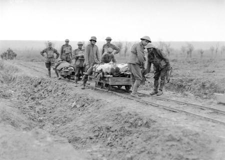 Velkého využití se dočkala technologie polních drah za první světové války. Zde australští vojáci používají vozíky pro přepravu zraněných v Belgii. (zdroj: Wikipedia.org)
