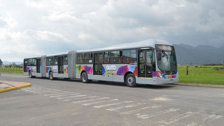 Autobusy Volvo B340M pro Quito, hlavní město Ekvádoru. Povšimněte si zajímavého řešení dveří souvisejícího s výškou nástupních hran. (foto: Volvo)