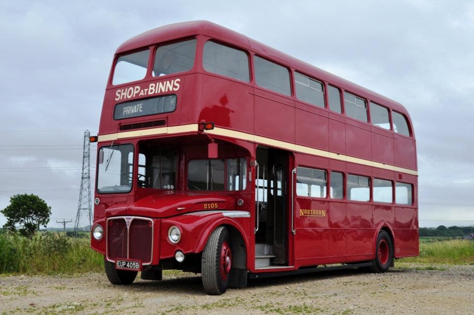 Připomínku Routemasterů zahájíme tímto netradičním typem RMF společnosti Nothern General Transport Company. Jednalo se o prodlouženou verzi (9,12 m), která byla vyrobena jen v 51 exemplářích, a to s atypicky umístěnými dveřmi v přední části autobusu. (zdroj: Wikipedia.org)