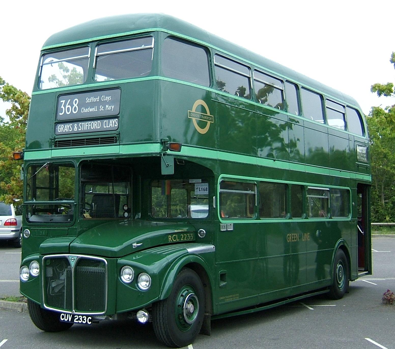 Typický londýnský autobus je sice červený, neznamená to ale, že by neexistovaly také další barevné varianty. Pro tzv. zelené příměstské linky bylo zhotoveno 100 zelených Routemasterů RML (o délce 9,12 m). (zdroj: Wikipedia.org)
