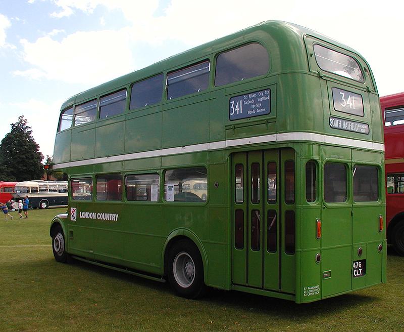 K Routemasterům patří také neodmyslitelně zadní nástup a naskakování a vyskakování na otevřenou zadní plošinu. Vůz RMC (o délce 8,6 m) v linkovém provedení však měl na zadní plošině dveře. (zdroj: Wikipedia.org)