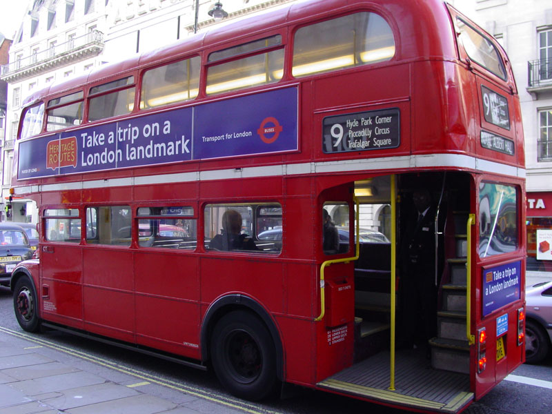Takto vypadal typický londýnský Routemaster - s otevřenou zadní plošinou. (zdroj: Wikipedia.org)