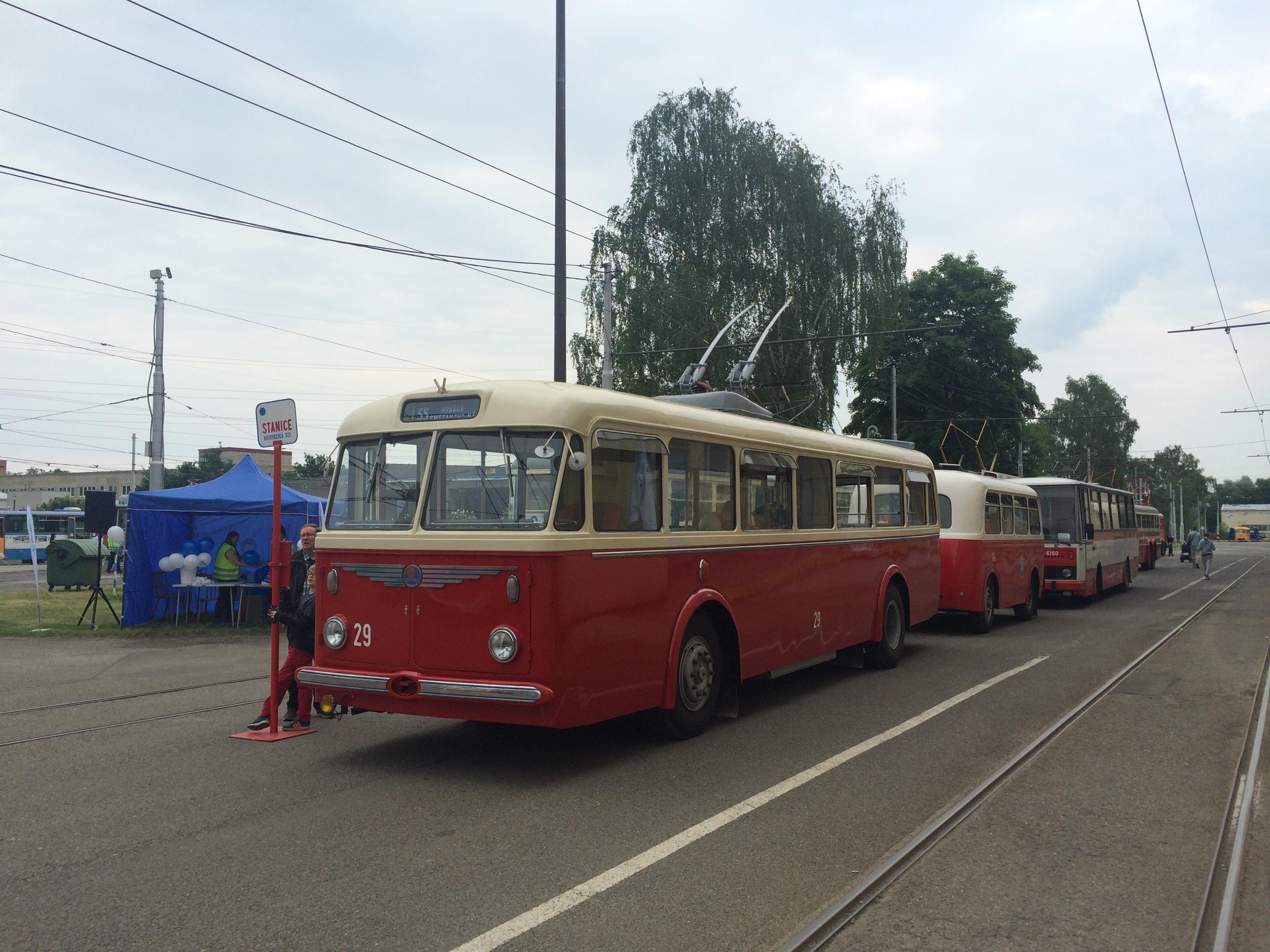 Pohled na levou bočnici trolejbusu. Povšimněte si, že trolejbus nemá ani na jedné straně městský znak. Několik trolejbusů v takovém provedení po Ostravě na počátku 60. let skutečně jezdilo. (foto: Libor Hinčica)