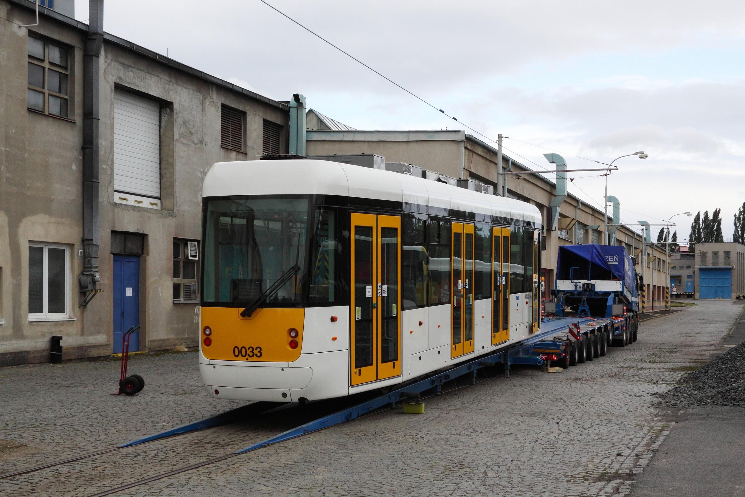 Vykládka prototypu EVO1 v mostecké tramvajové vozovně. (foto: Petr Nevyhoštěný)