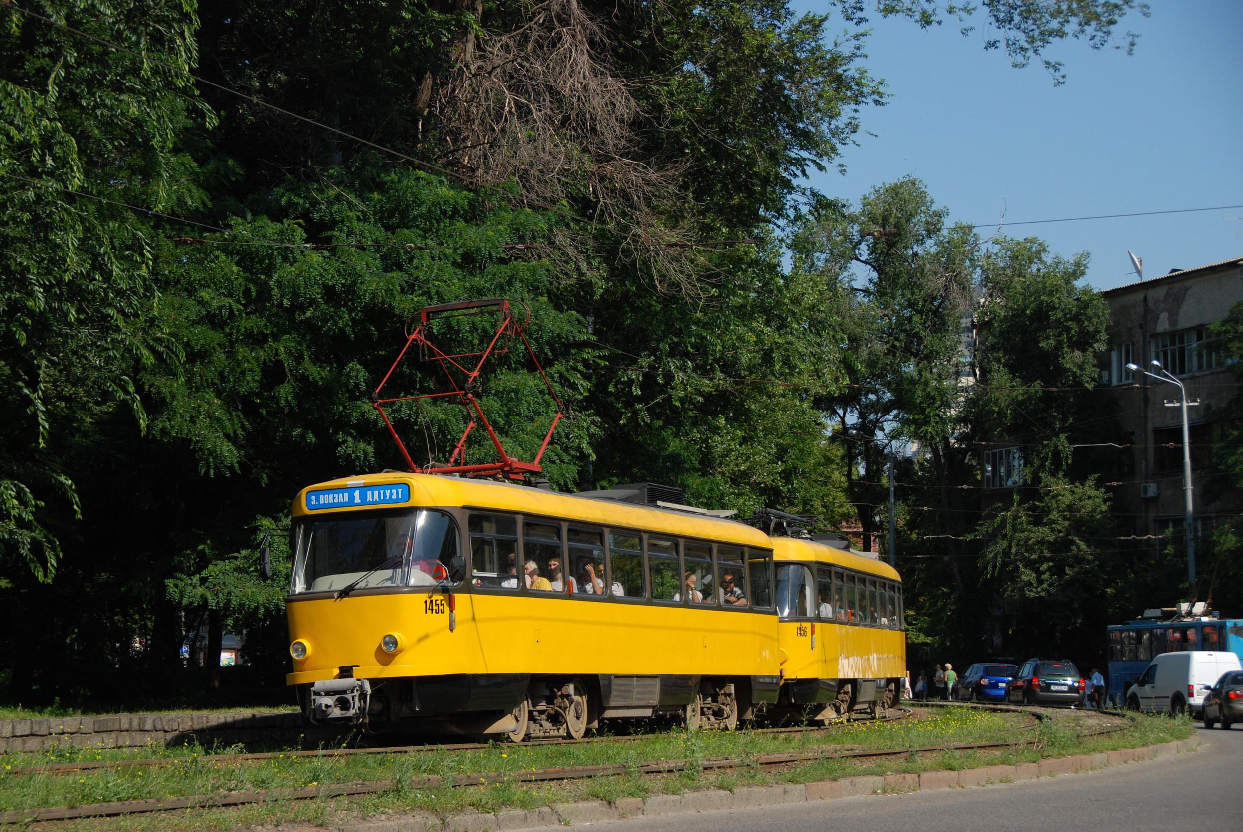 Úlohu metra dnes v centru města supluje tramvajová linky č. 1. Na snímku je souprava vozů T4 odkoupená z německých Dráždan. (foto: Libor Hinčica)