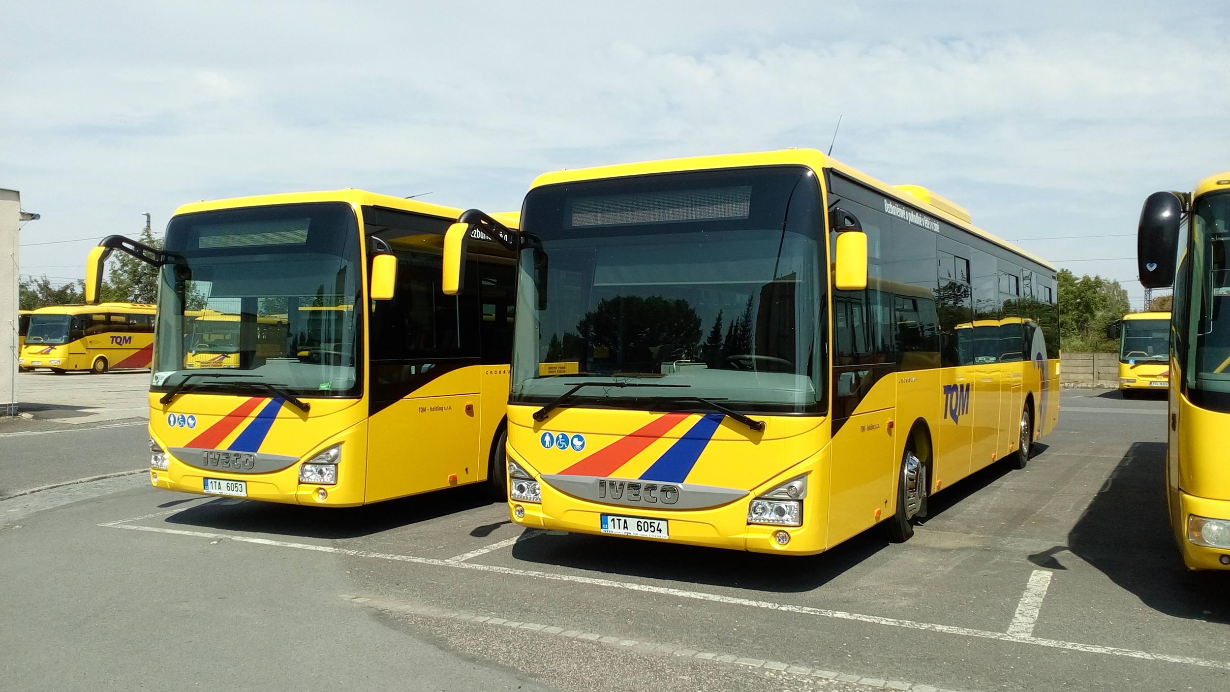 Dvojice nových autobusů Iveco Crossway v garážích dopravce TQM. (foto: Miroslav Halász)